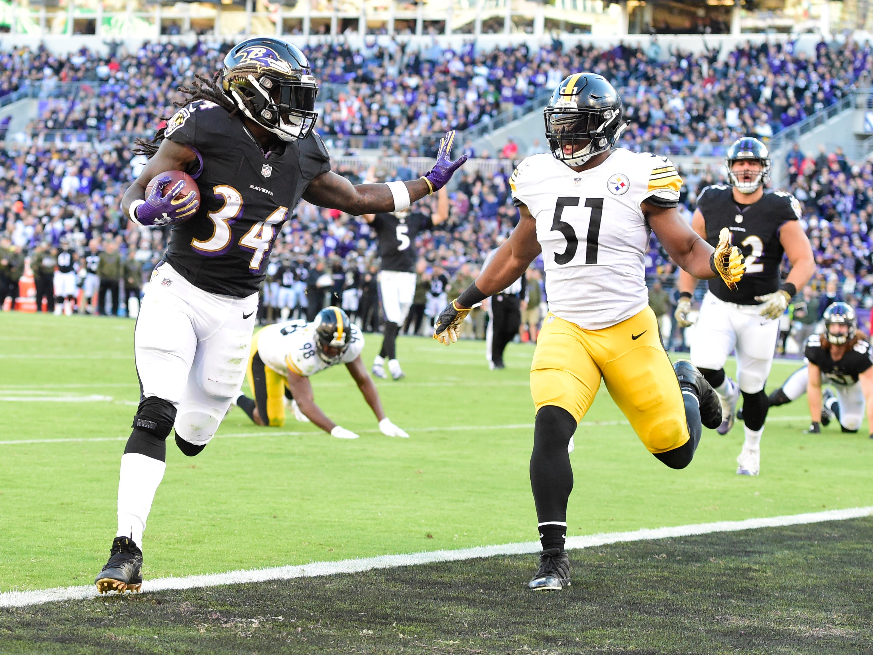 ,Baltimore Ravens running back Alex Collins (34) sprints in for a third-quarter TD at M&T Bank Stadium.
