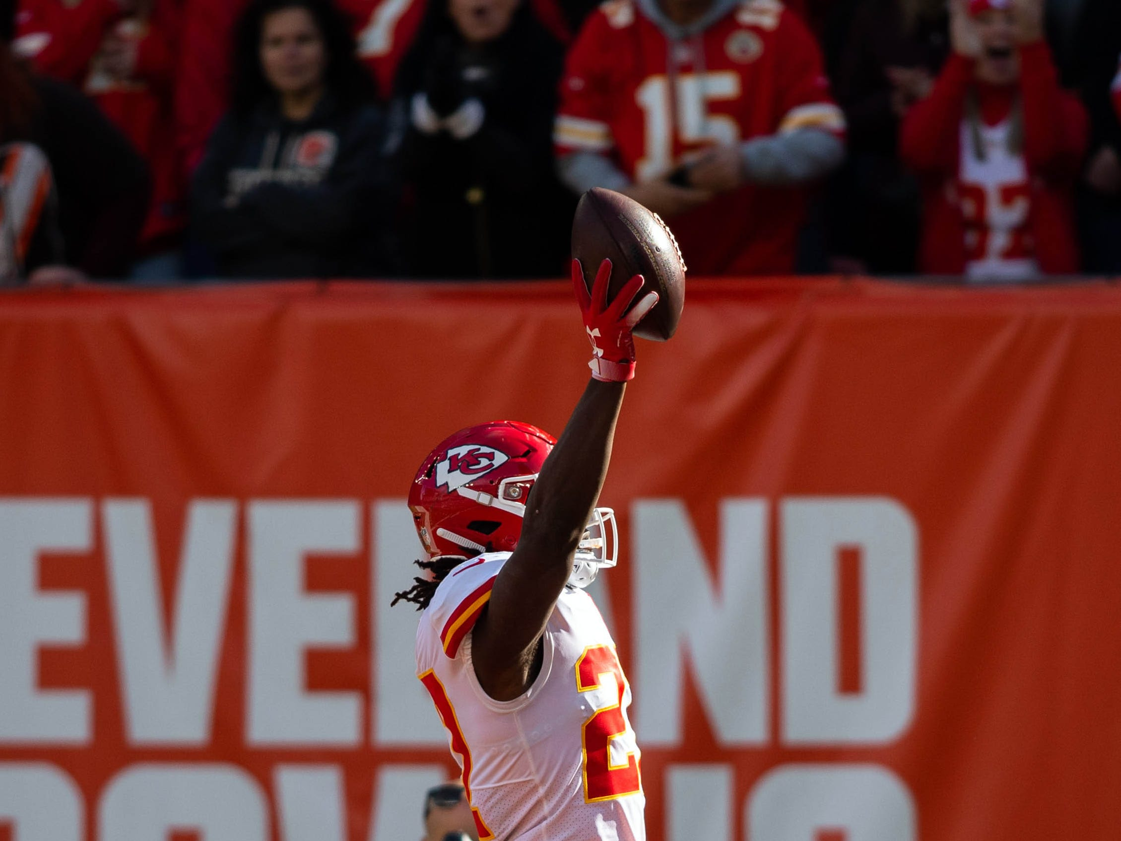 Kansas City Chiefs running back Kareem Hunt (27) tallies a first-quarter TD against the Cleveland Browns at FirstEnergy Stadium.