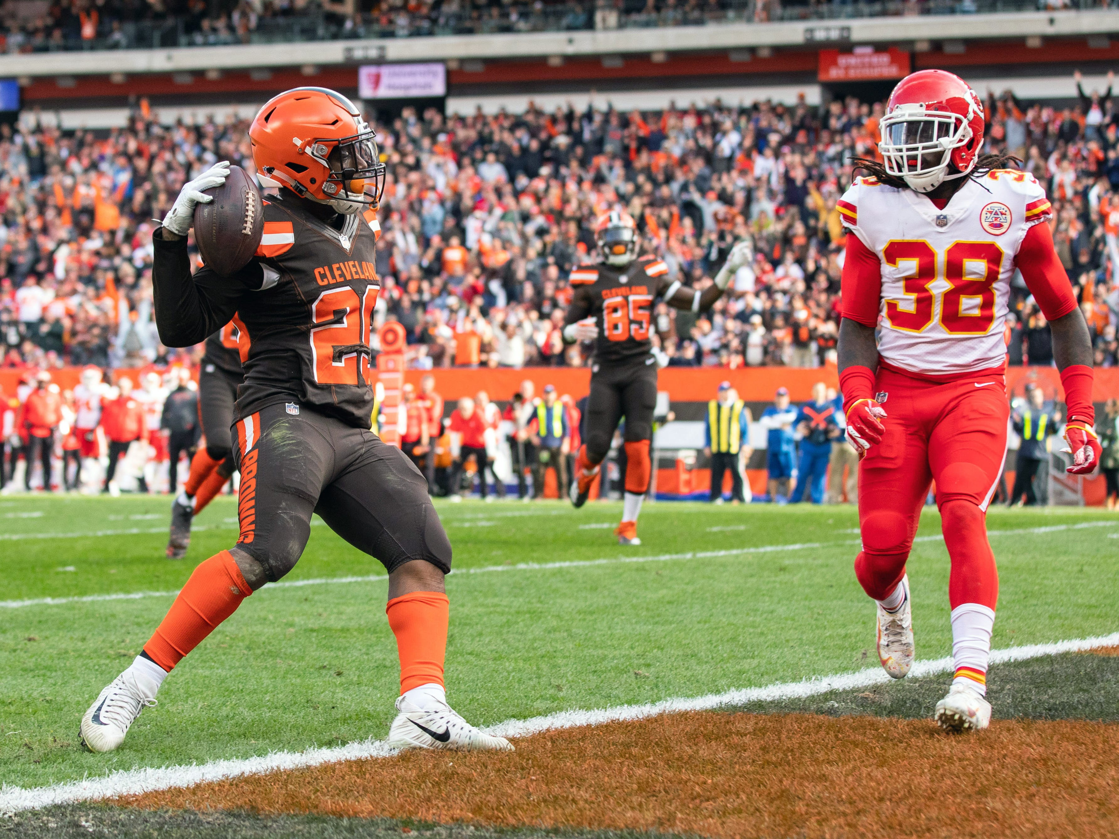 Cleveland Browns running back Duke Johnson (29) scores a second-quarter TD at FirstEnergy Stadium.