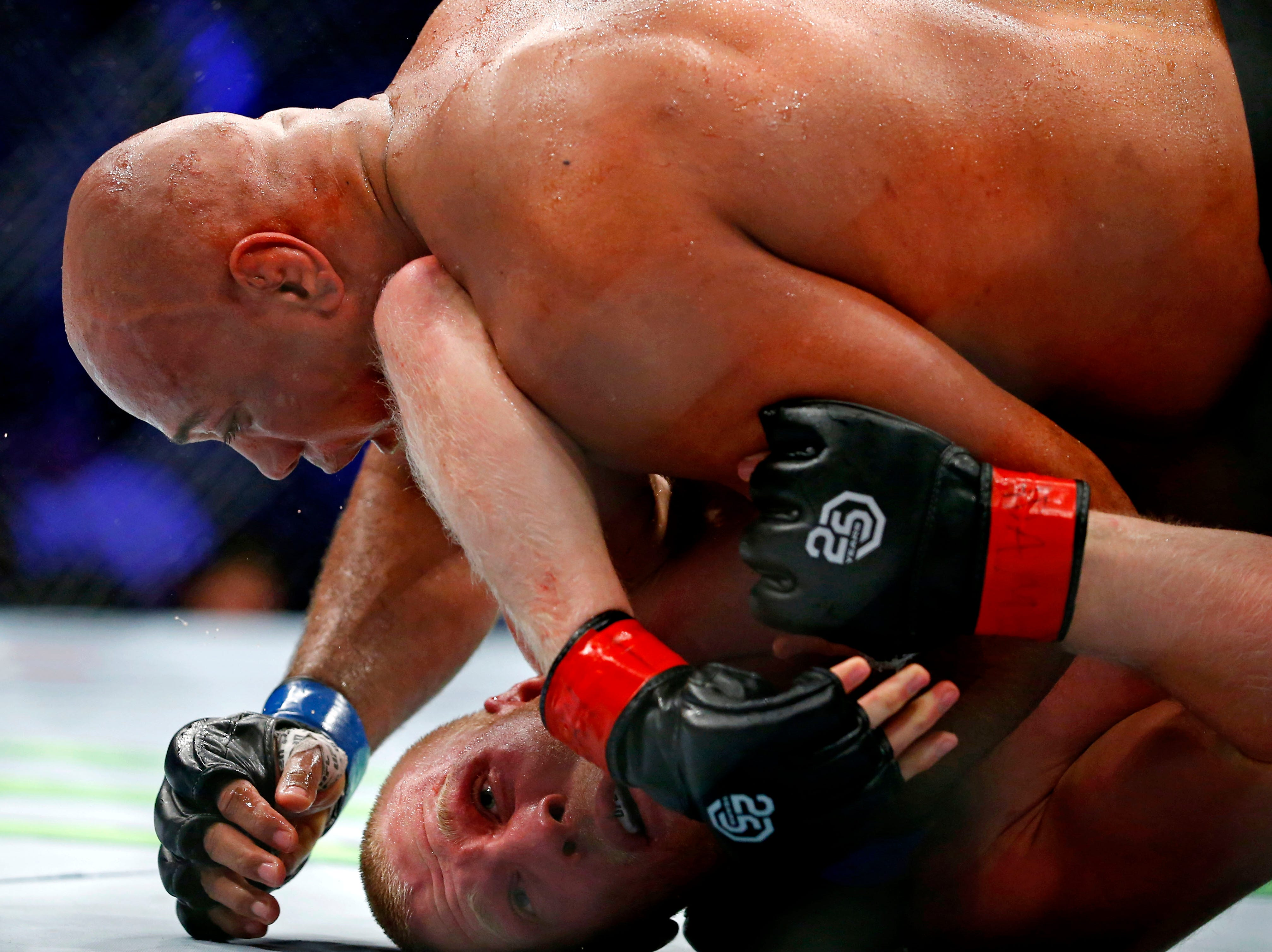 Adam Wieczorek (red gloves) fights Marcos Rogerio De Lima (blue gloves) during UFC 230 at Madison Square Garden.
