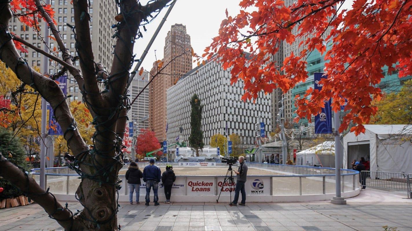 Metro Tannenbaum.Detroit S Christmas Tree Installed At Campus Martius