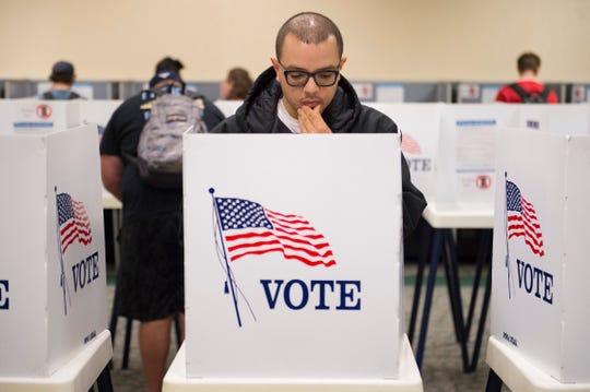 Matthew Moreno se dispone a emitir su voto.