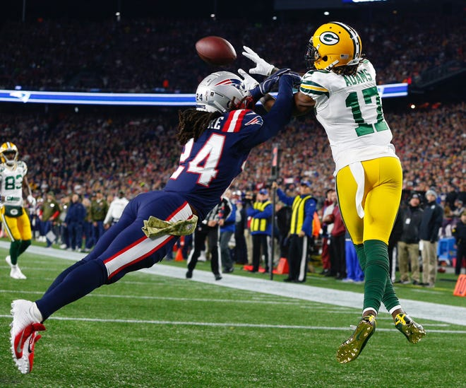 epa07142055 New England Patriots corner back Stephon Gilmore (L) blocks the ball from Green Bay Packers wide receiver Davonte Adams (R) during the first quarter of the NFL American football game between the Green Bay Packers and the New England Patriots at Gillette Stadium in Foxboro, Massachusetts, USA, 04 November 2018.  EPA-EFE/CJ GUNTHER