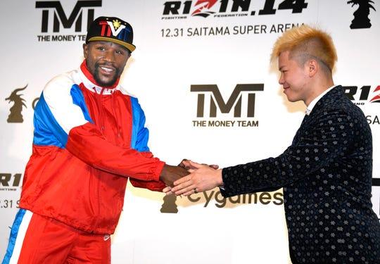 El boxeador Floyd Mayweather Jr. estrecha la mano con el japonés Tenshin Nasukawa, a quien enfrentará el 31 de diciembre.