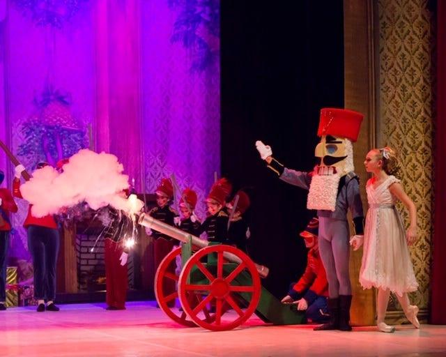 Kevin Hernandez as Cavalier and Claudia Lezcano as Sugarplum Fairy
