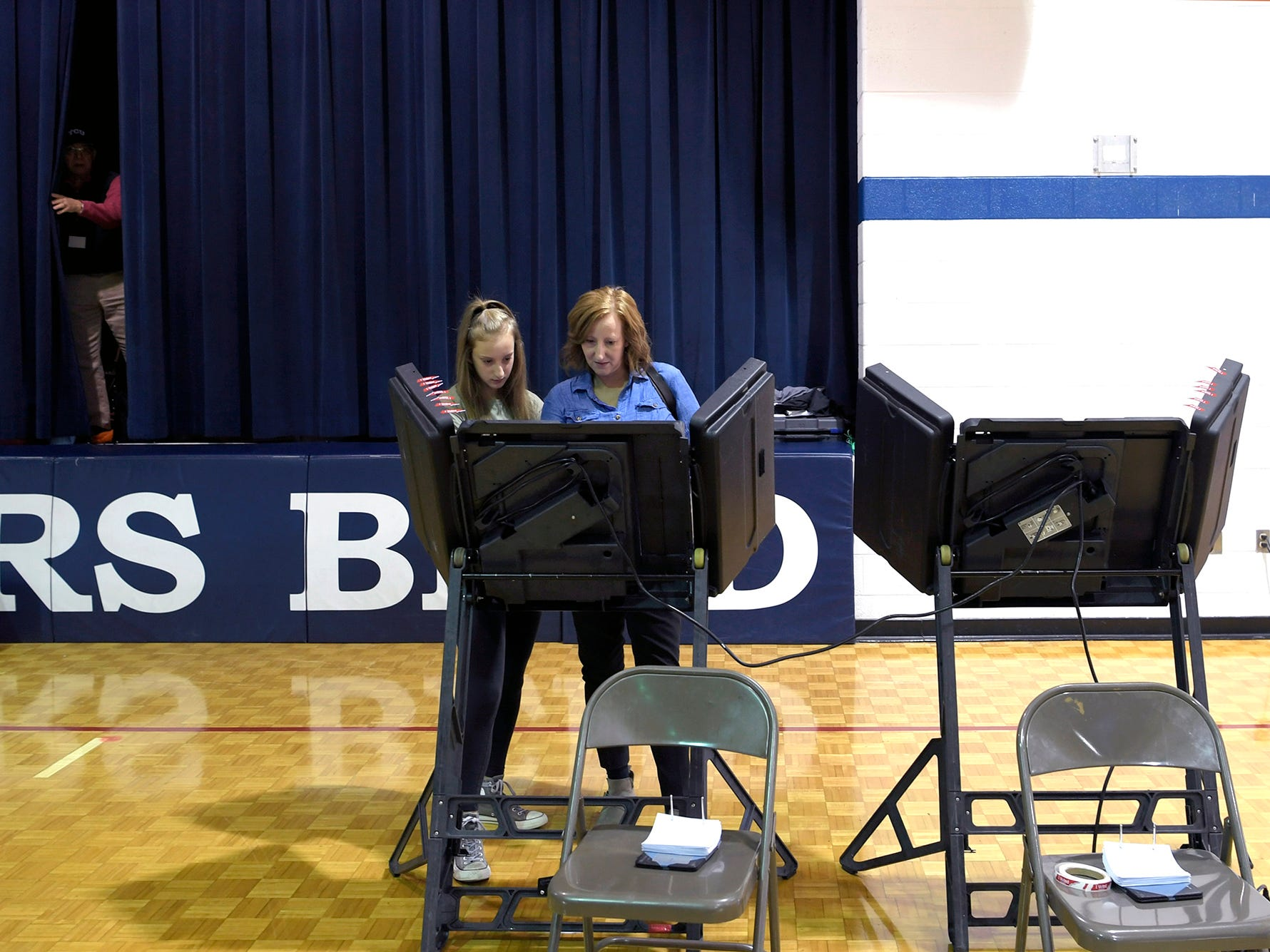 Karen Litwin of Franklin votes with her daughter Lucy,14, by her side at Hunters Bend Elementary School in Franklin on Tuesday, Nov. 6, 2018.