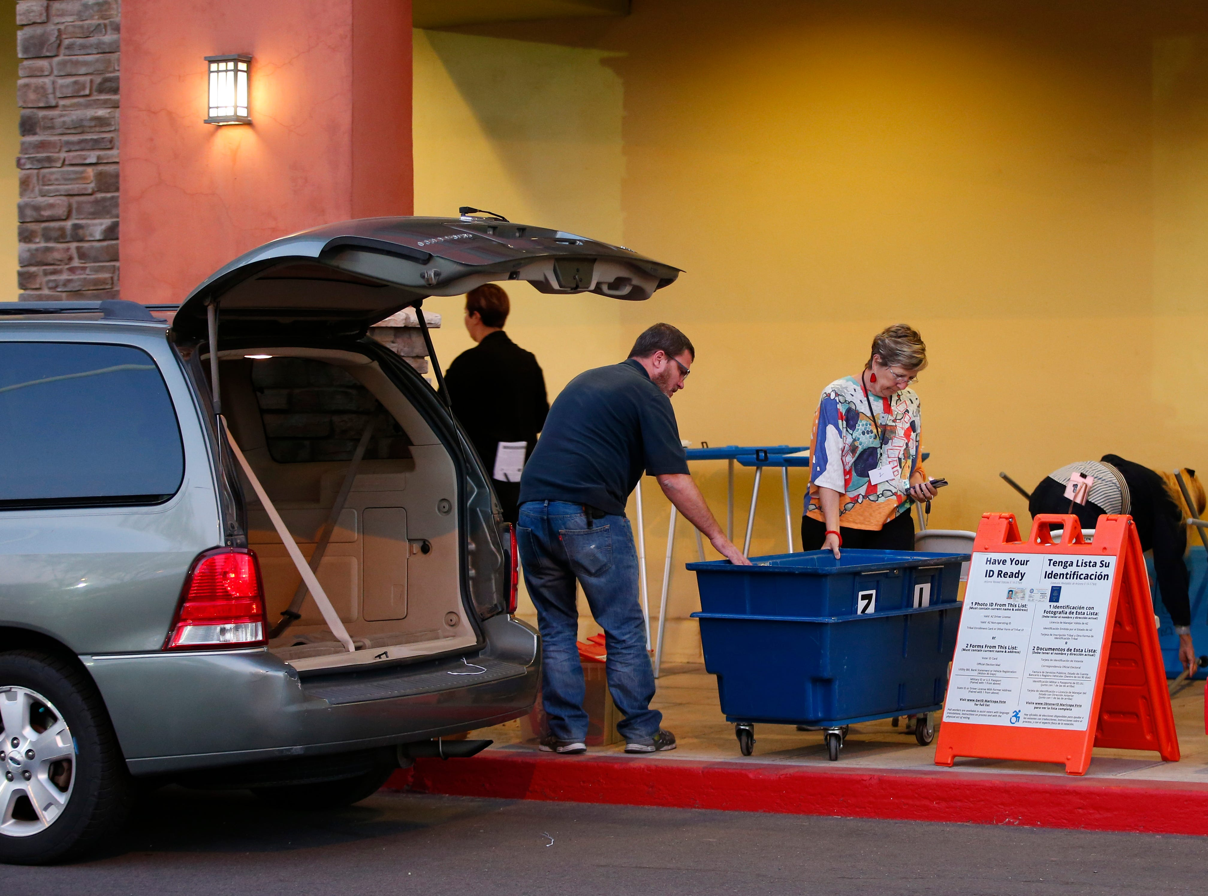 Workers scramble to set up a new polling site after being locked out of the Gila polling site in Chandler due to the tenants' failure to pay rent, Nov. 6, 2018.