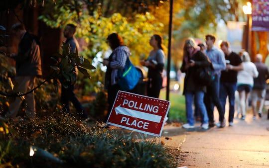 Una larga fila de votantes se forma en una casilla electoral en Georgia, Atlanta.