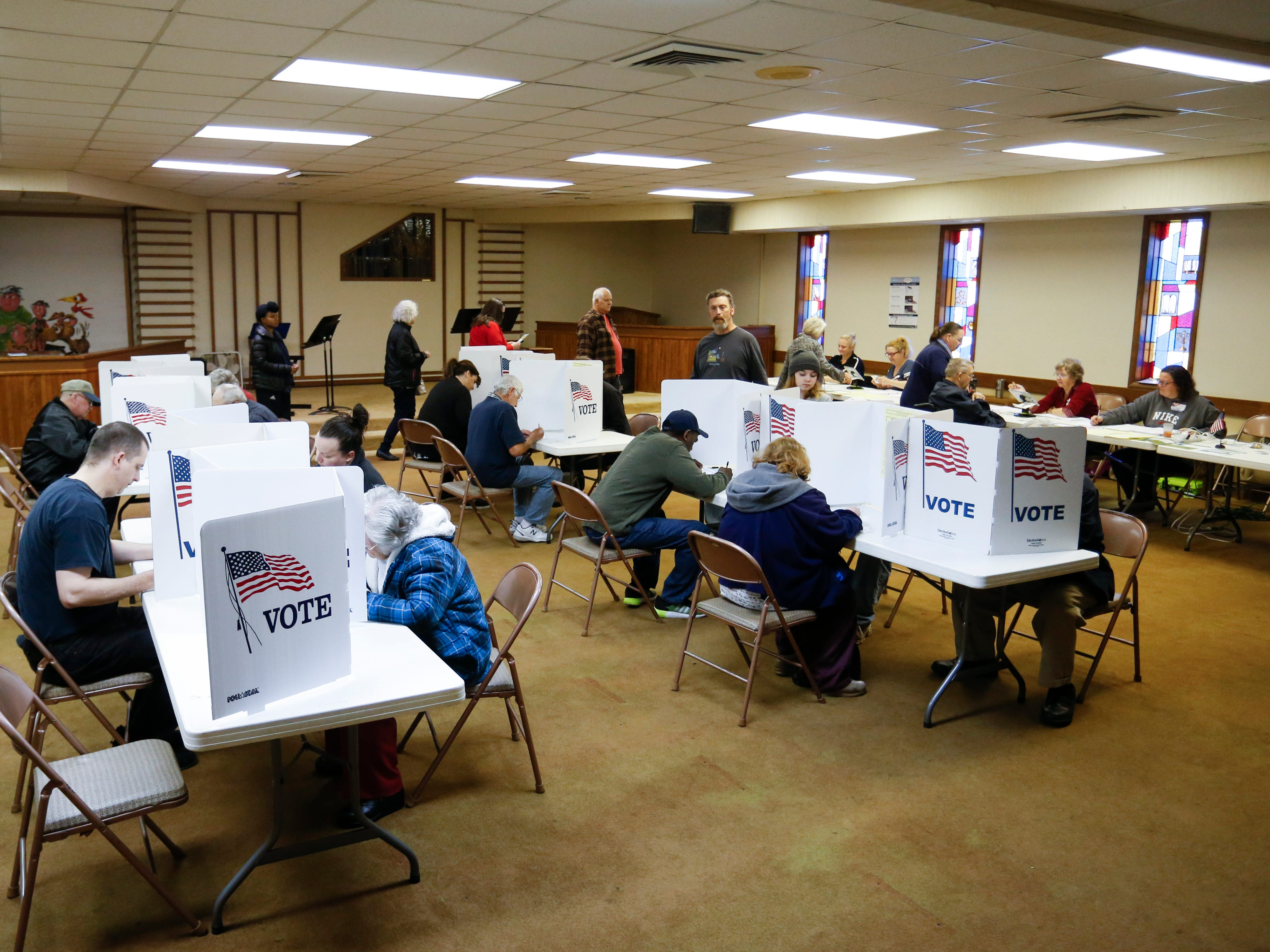 Voters fill out ballots at the Woodland Heights polling location on Tuesday, Nov. 6, 2018.