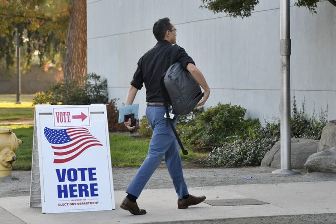 Joseph Hoyt walks into the Manuel Hernandez Community Center to cast his ballot on Tuesday, November 6, 2018.