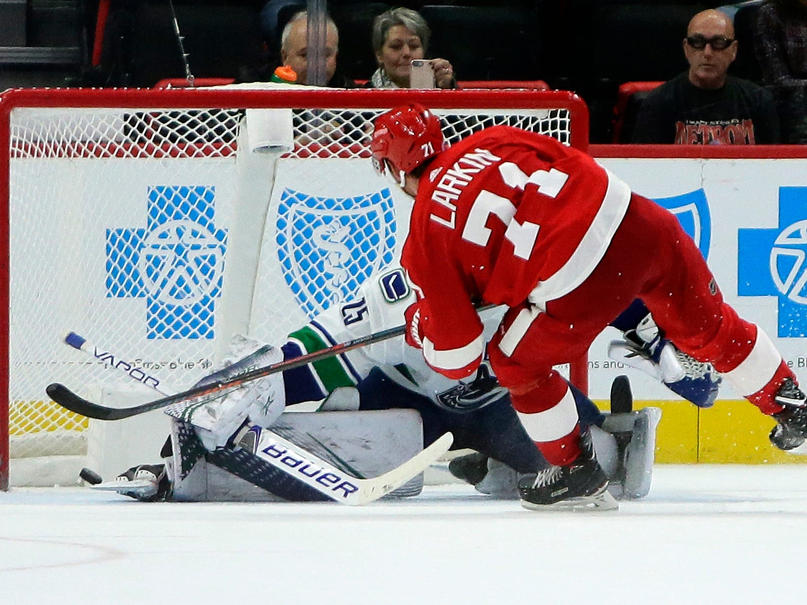 Detroit Red Wings 3, Vancouver Canucks 2 (SO): Photos from LCA