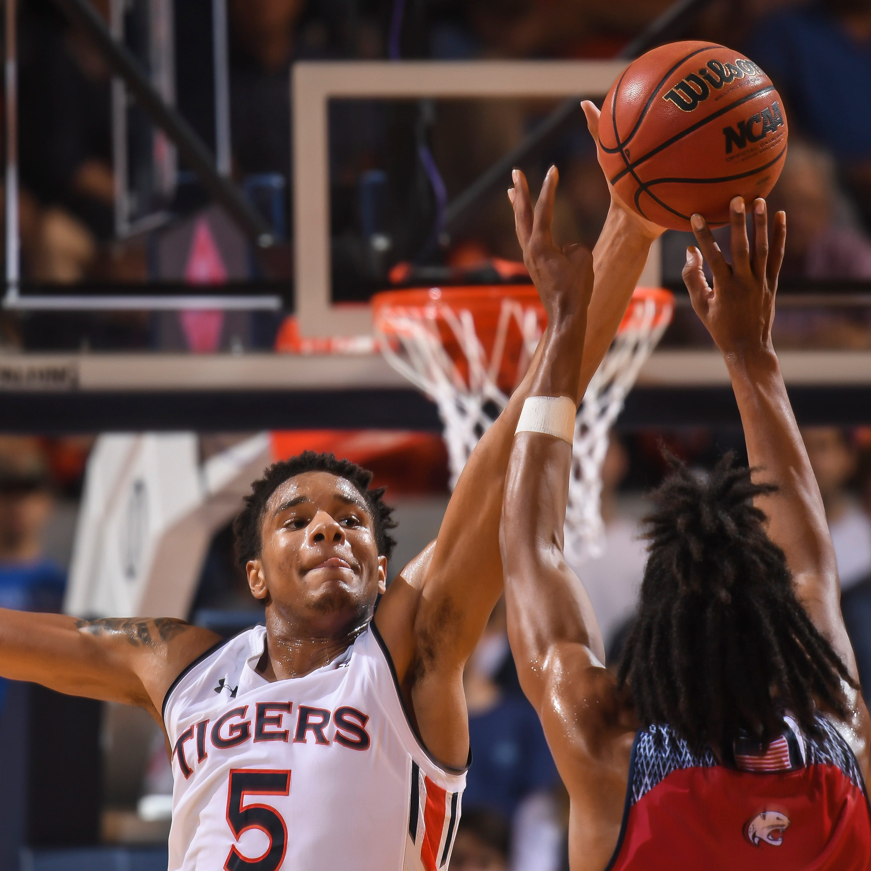 Chuma Okeke doing everything and making it look easy in hot start for Auburn