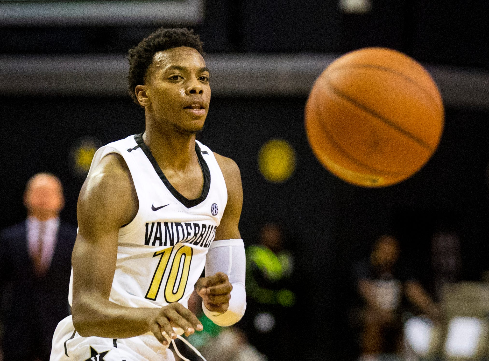 Vanderbilt's Darius Garland (10) passes during Vanderbilt's game against Winthrop at Memorial Gymnasium in Nashville on Tuesday, Nov. 6, 2018.