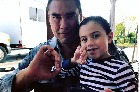 El actor Eduardo Yáñez junto a su nieto, haciendo una señal obscena.