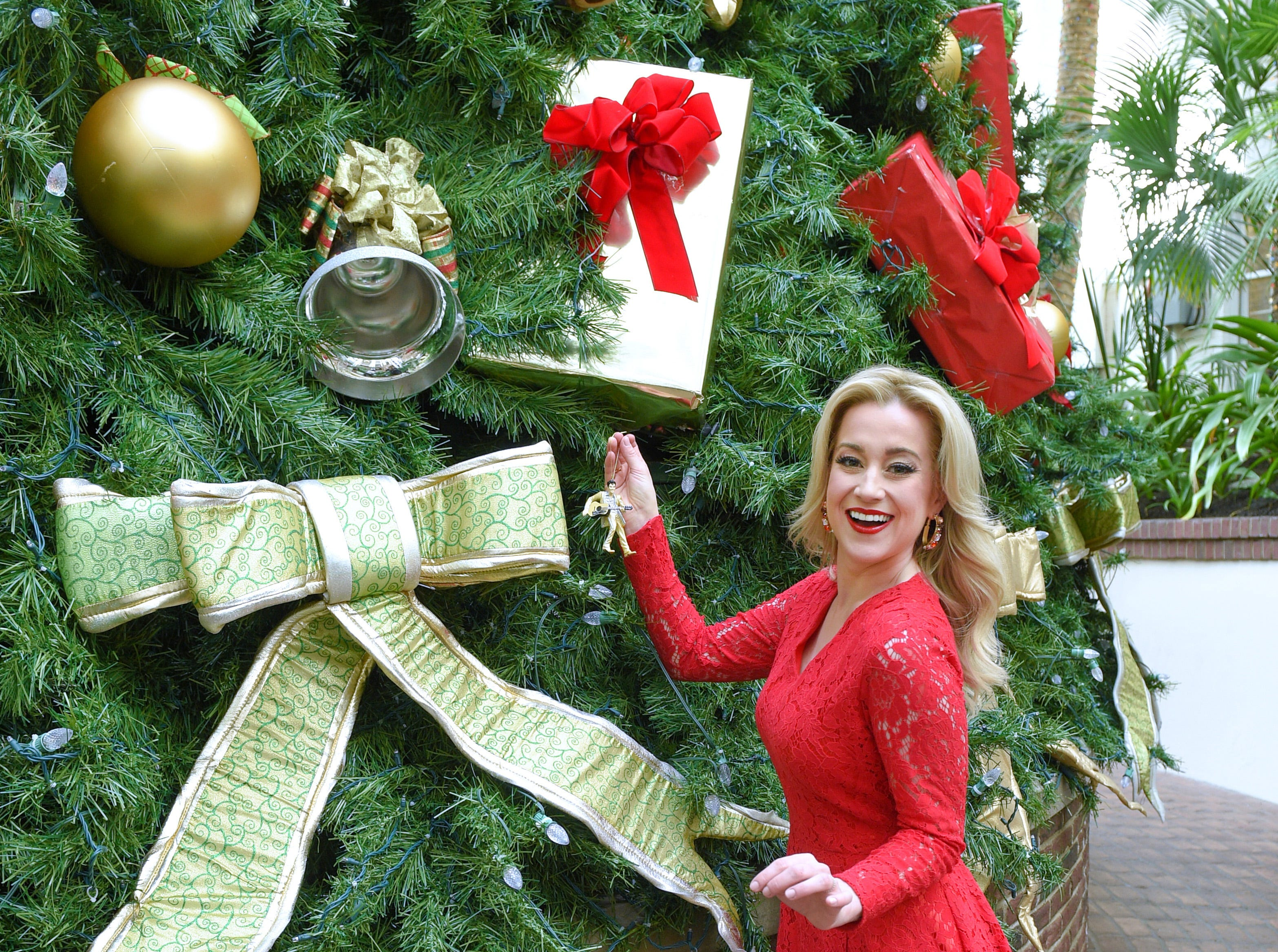 NASHVILLE, TN - NOVEMBER 05:  American country music artist and Emmy-nominated television personality Kellie Pickler is seen hanging a Christmas ornament at the Gaylord Opryland Resort on November 5, 2018 in Nashville, Tennessee.  (Photo by Jason Kempin/Getty Images for Status PR) ORG XMIT: 775252860 ORIG FILE ID: 1057819920