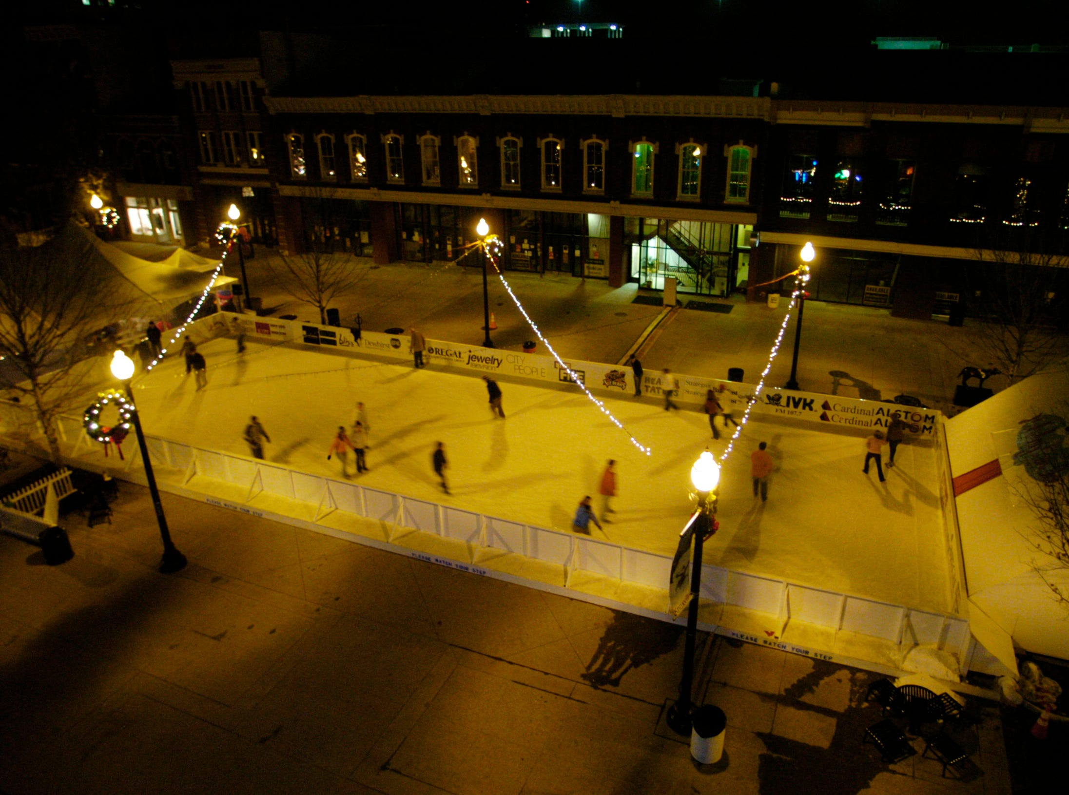 "Ice-skating has returned to Market Square after a 14-year absence with the ""Holidays on Ice"" rink as part of Knoxville' s ""Christmas in the City."" 2005"
