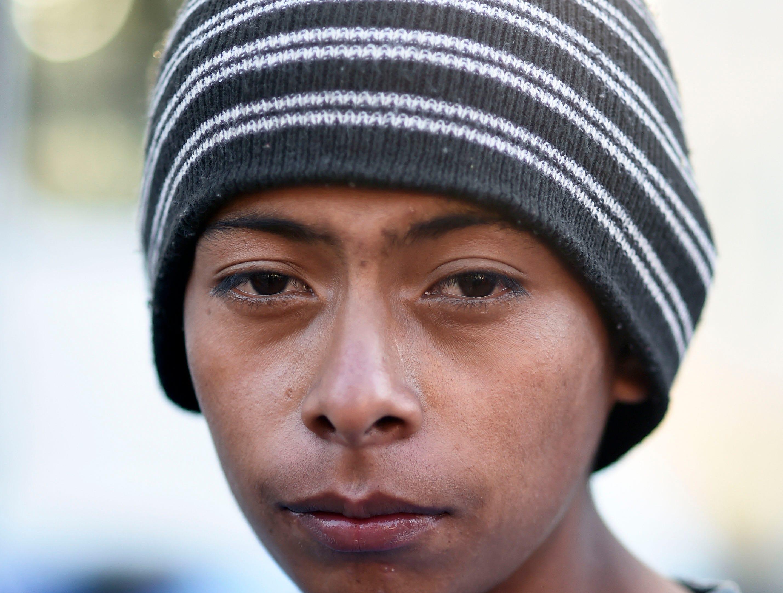 Antonio Bardales, hondureño, 16 años. Estos son los rostros de los migrantes centroamericanos que huyen de la pobreza y violencia que se vive en sus países; y que por medio de una caravana caminan cientos de kilómetros cruzando ciudades, ríos, carreteras, bosques y fronteras, con el firme propósito de hacer realidad su sueño de llegar a los Estados Unidos.