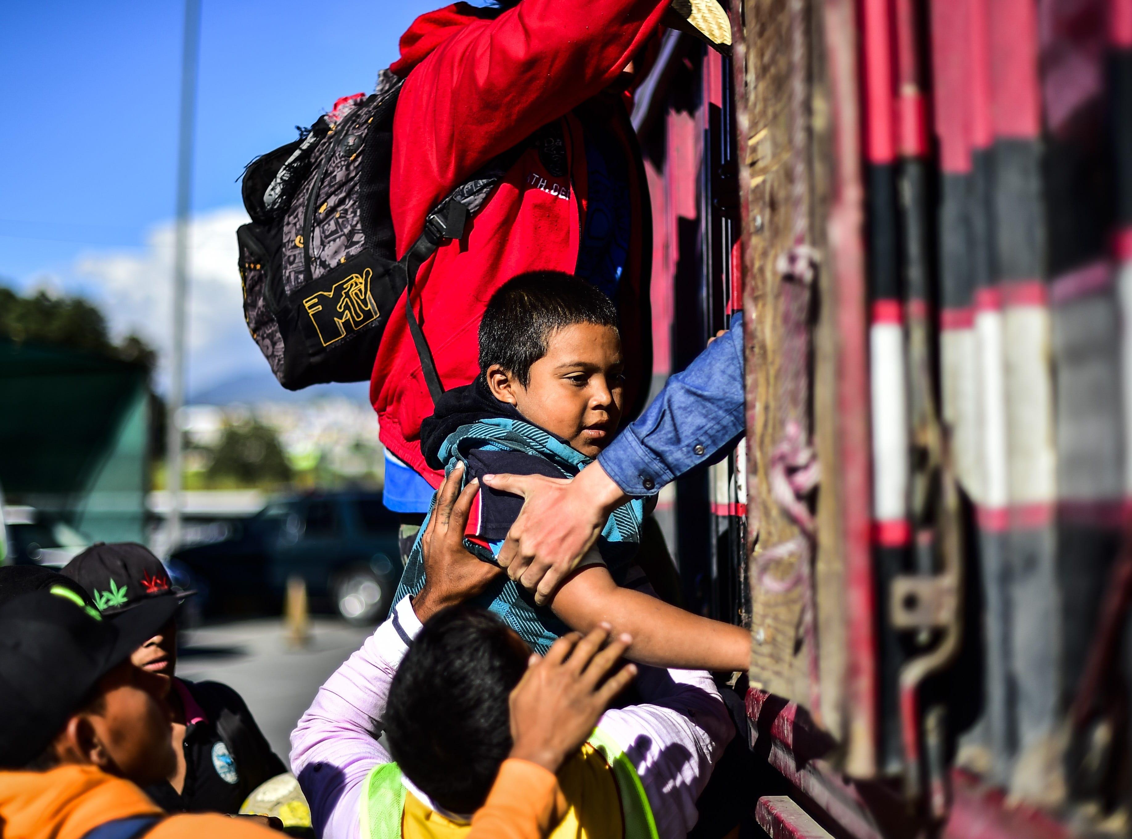 En vez de estar estudiando, o jugando con sus amiguitos de la cuadra, este pequeño niño hondureño intenta subirse  a un camión que lo acerque a él y su familia a Estados Unidos. Estos son los rostros de los migrantes centroamericanos que huyen de la pobreza y violencia que se vive en sus países; y que por medio de una caravana caminan cientos de kilómetros cruzando ciudades, ríos, carreteras, bosques y fronteras, con el firme propósito de hacer realidad su sueño de llegar a los Estados Unidos.