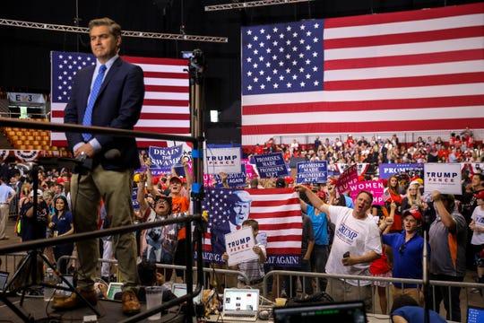En los mitines de Trump, frecuentemente Jim Acosta de CNN es insultado por simpatizantes de Trump.