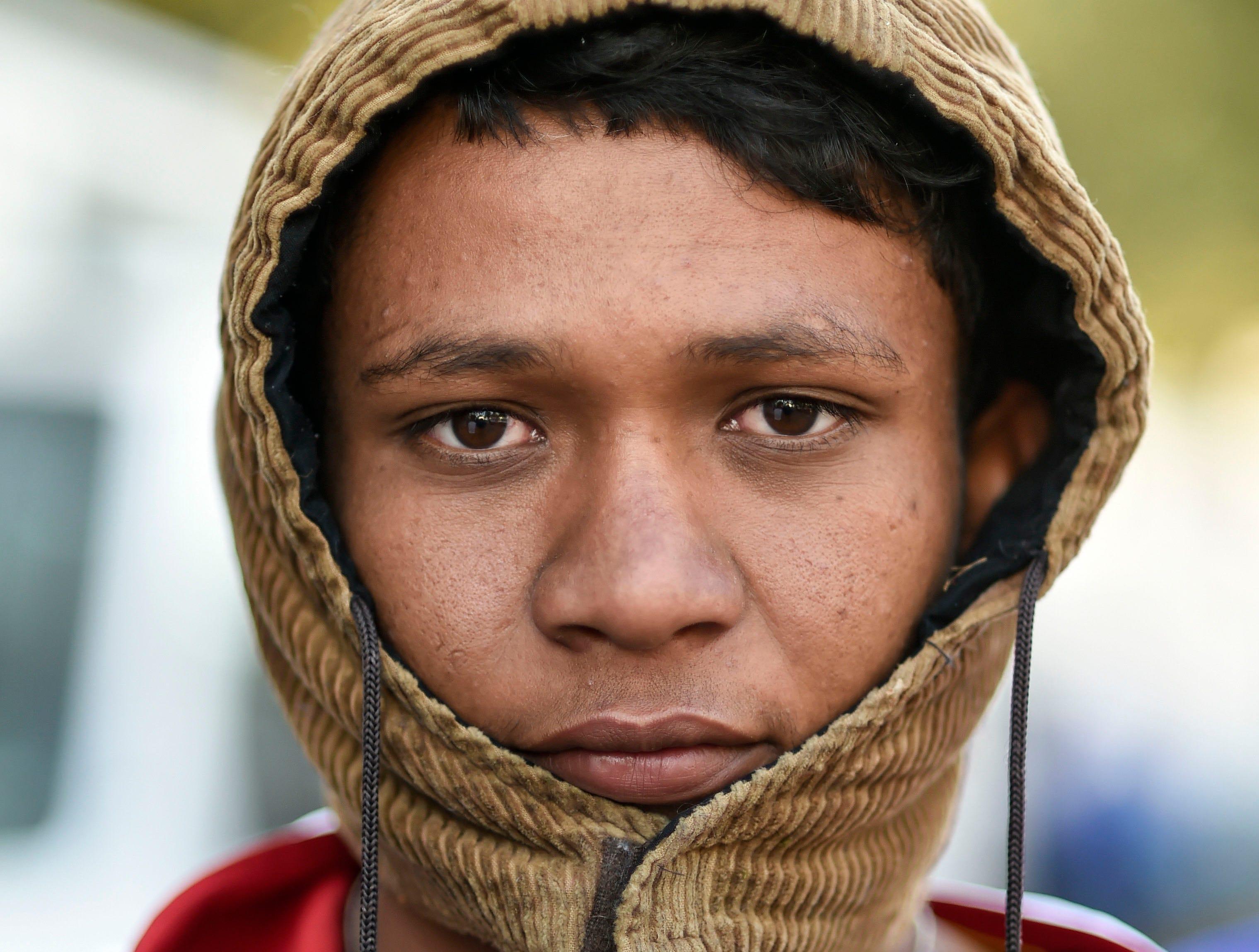 Ángel Antonio, hondureño, 20 años. Estos son los rostros de los migrantes centroamericanos que huyen de la pobreza y violencia que se vive en sus países; y que por medio de una caravana caminan cientos de kilómetros cruzando ciudades, ríos, carreteras, bosques y fronteras, con el firme propósito de hacer realidad su sueño de llegar a los Estados Unidos.