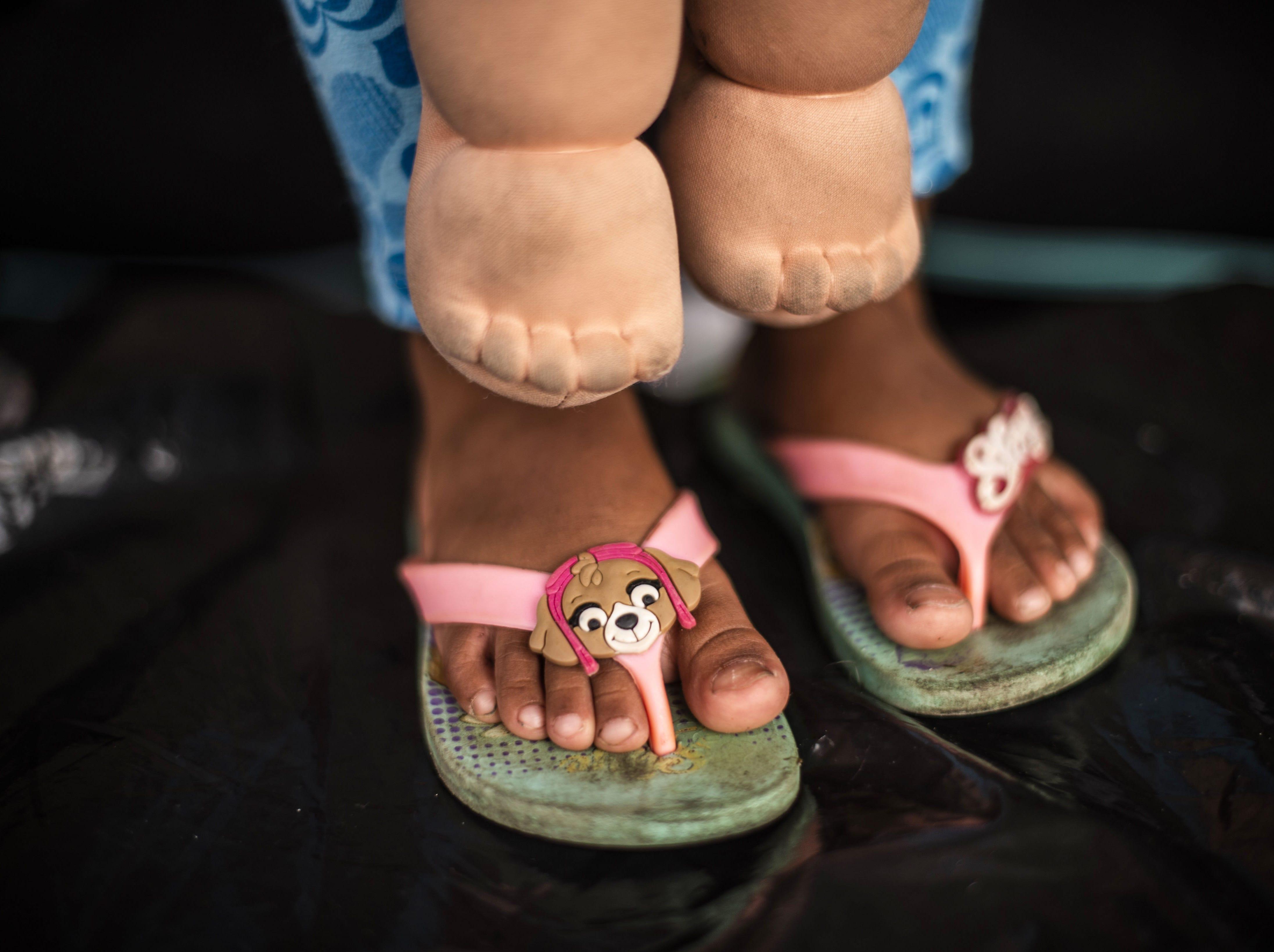 La niña Genesis Samari camina en la caravana con estas gastadas sandalias. Estos son los rostros de los migrantes centroamericanos que huyen de la pobreza y violencia que se vive en sus países; y que por medio de una caravana caminan cientos de kilómetros cruzando ciudades, ríos, carreteras, bosques y fronteras, con el firme propósito de hacer realidad su sueño de llegar a los Estados Unidos.
