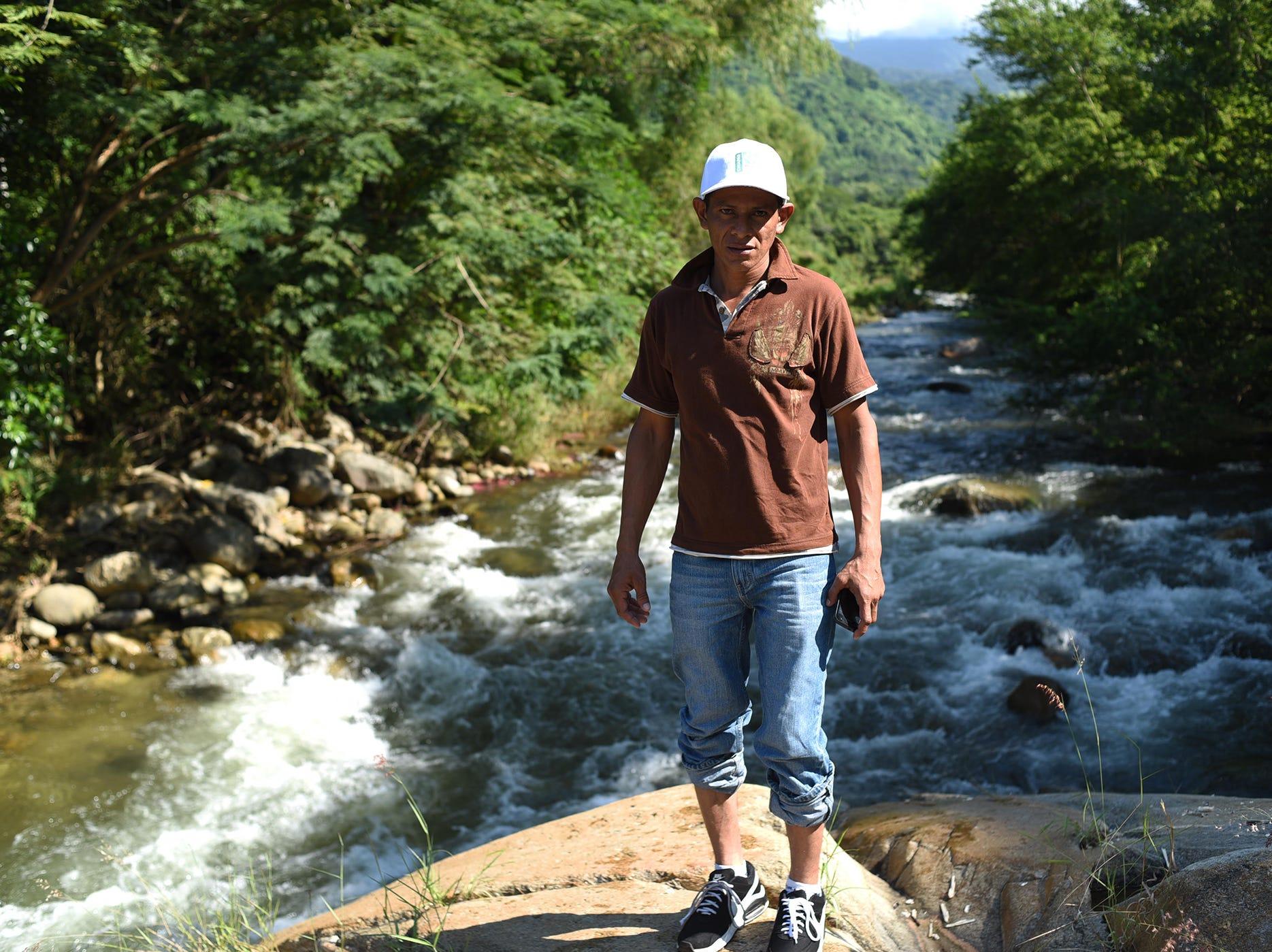 El hondureño Rudy Valdez, de 31 años, se retrata frente a este bello paisaje en Pijijiapan, Chiapas. Estos son los rostros de los migrantes centroamericanos que huyen de la pobreza y violencia que se vive en sus países; y que por medio de una caravana caminan cientos de kilómetros cruzando ciudades, ríos, carreteras, bosques y fronteras, con el firme propósito de hacer realidad su sueño de llegar a los Estados Unidos.