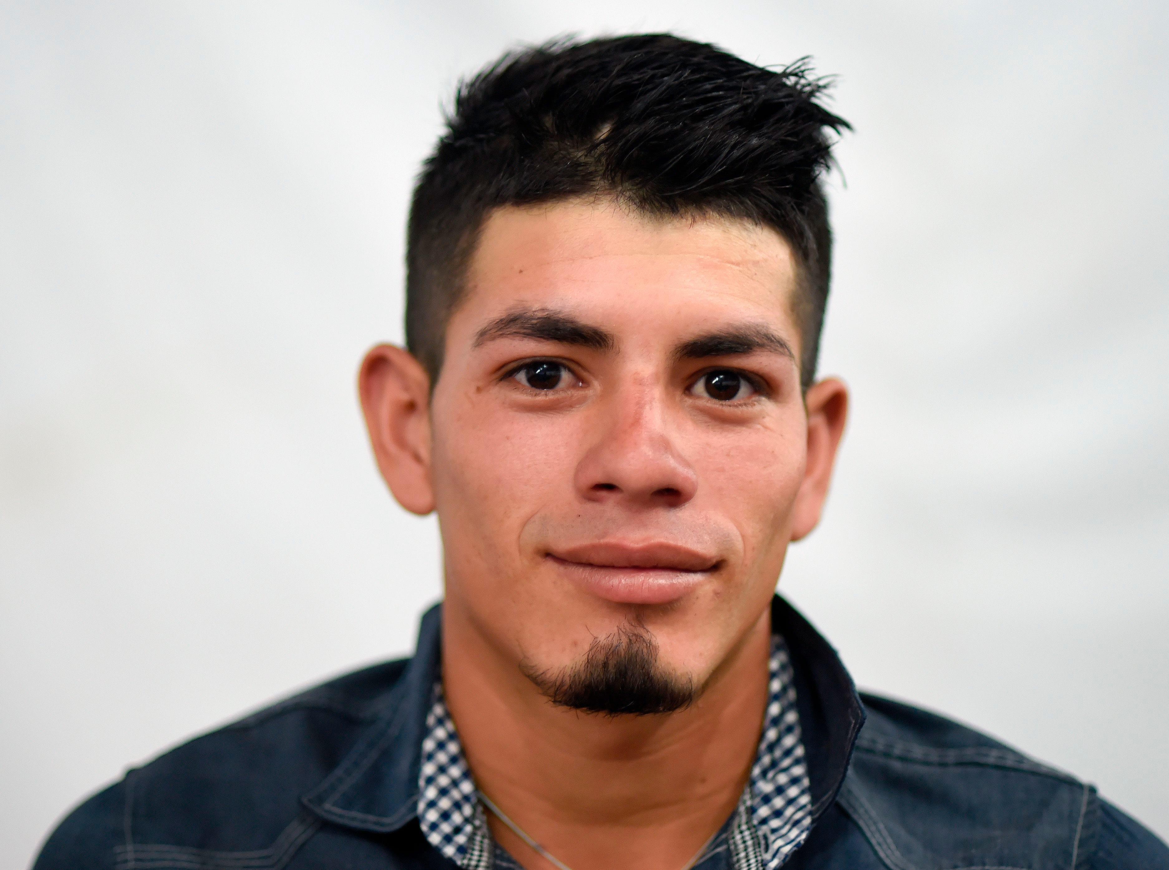 Darwin Mejía, hondureño, 20 años. Estos son los rostros de los migrantes centroamericanos que huyen de la pobreza y violencia que se vive en sus países; y que por medio de una caravana caminan cientos de kilómetros cruzando ciudades, ríos, carreteras, bosques y fronteras, con el firme propósito de hacer realidad su sueño de llegar a los Estados Unidos.