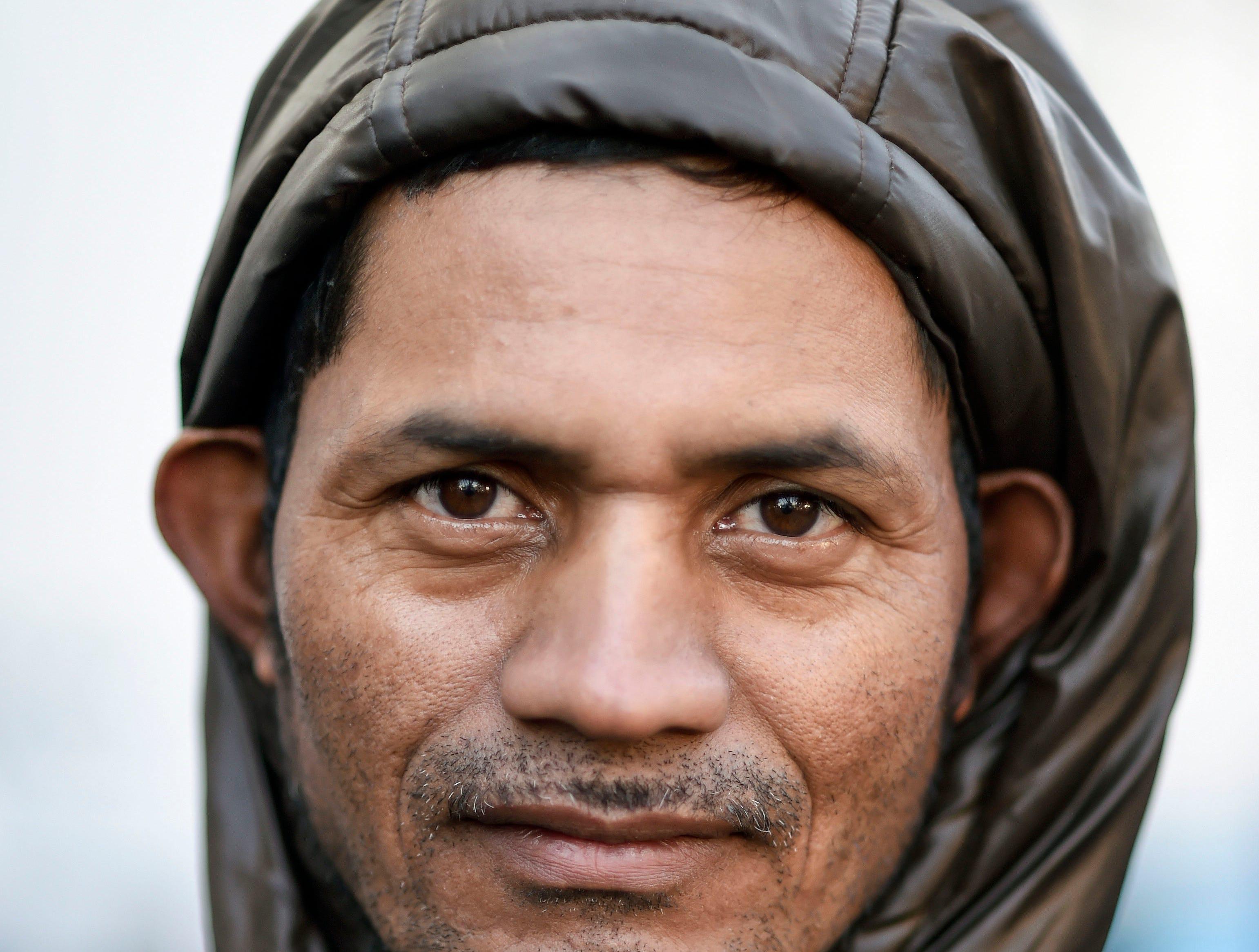 Alcides Padilla, hondureño, 39 años. Estos son los rostros de los migrantes centroamericanos que huyen de la pobreza y violencia que se vive en sus países; y que por medio de una caravana caminan cientos de kilómetros cruzando ciudades, ríos, carreteras, bosques y fronteras, con el firme propósito de hacer realidad su sueño de llegar a los Estados Unidos.