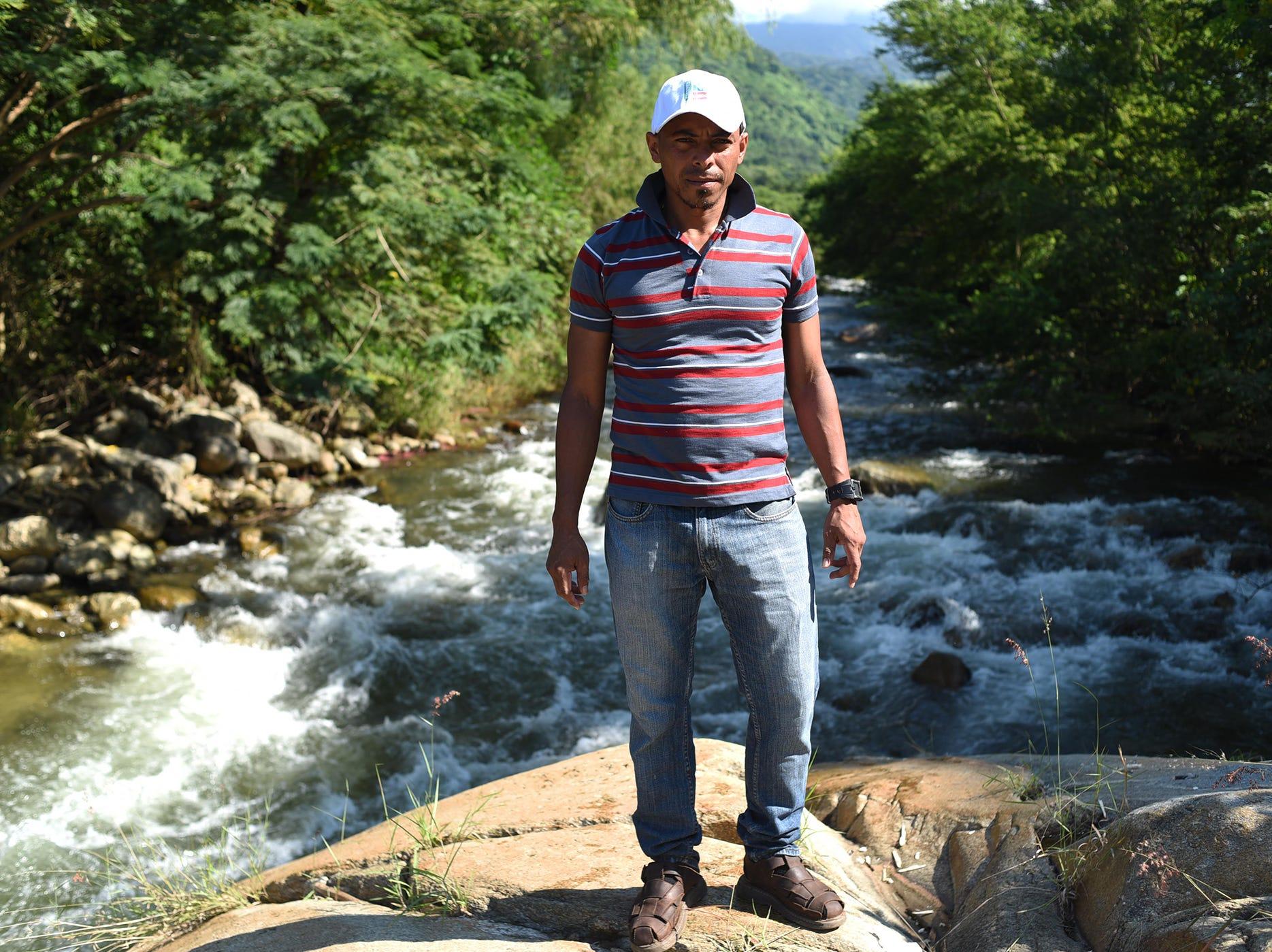 El hondureño Erick Garrido, de 36 años, posa para una foto frente a este hermoso río en Pijijiapan Chiapas. Estos son los rostros de los migrantes centroamericanos que huyen de la pobreza y violencia que se vive en sus países; y que por medio de una caravana caminan cientos de kilómetros cruzando ciudades, ríos, carreteras, bosques y fronteras, con el firme propósito de hacer realidad su sueño de llegar a los Estados Unidos.