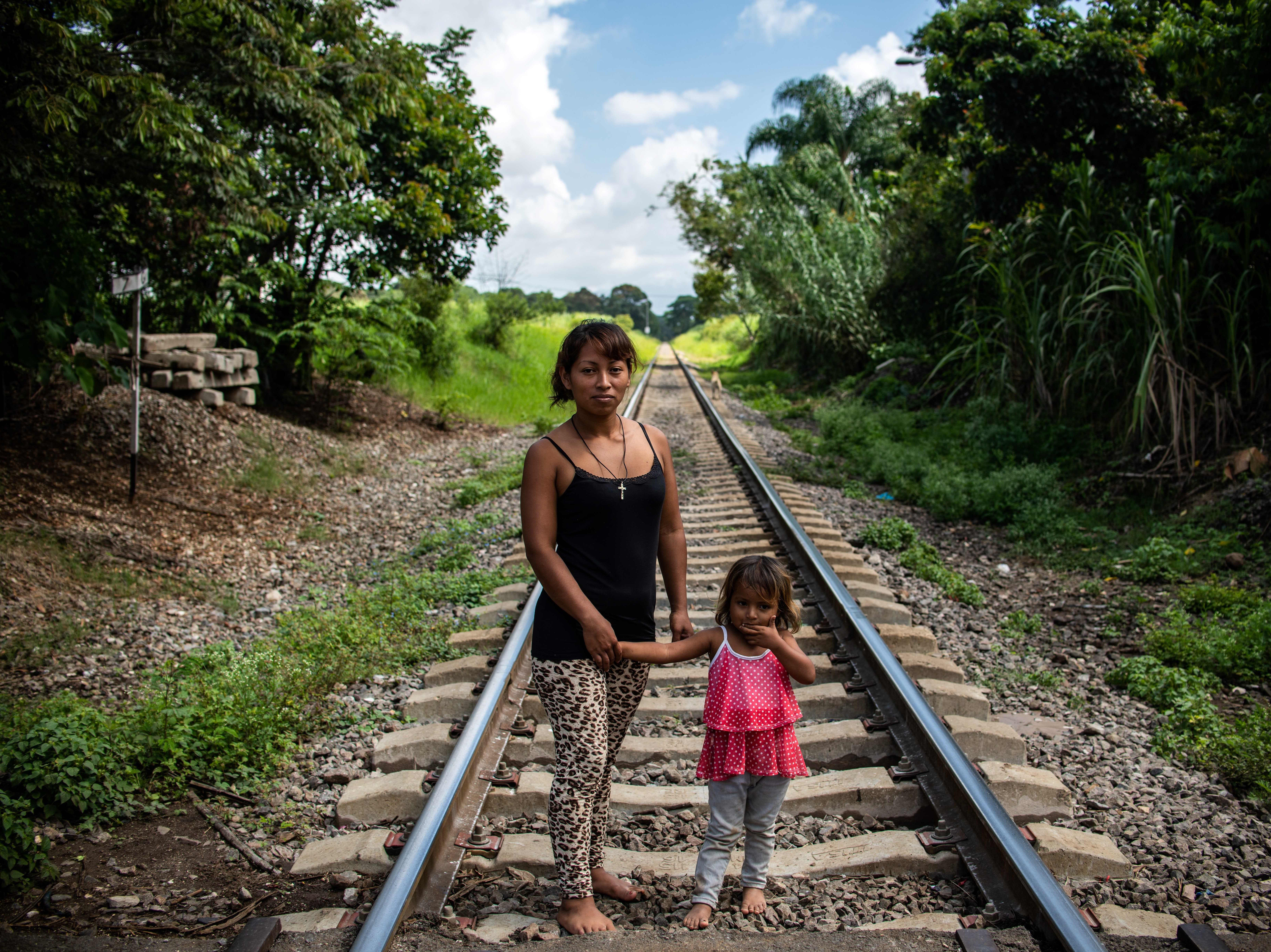 Sandra y su pequeña hija recorren la caravana, guiadas por los rieles del ferrocarril. Estos son los rostros de los migrantes centroamericanos que huyen de la pobreza y violencia que se vive en sus países; y que por medio de una caravana caminan cientos de kilómetros cruzando ciudades, ríos, carreteras, bosques y fronteras, con el firme propósito de hacer realidad su sueño de llegar a los Estados Unidos.