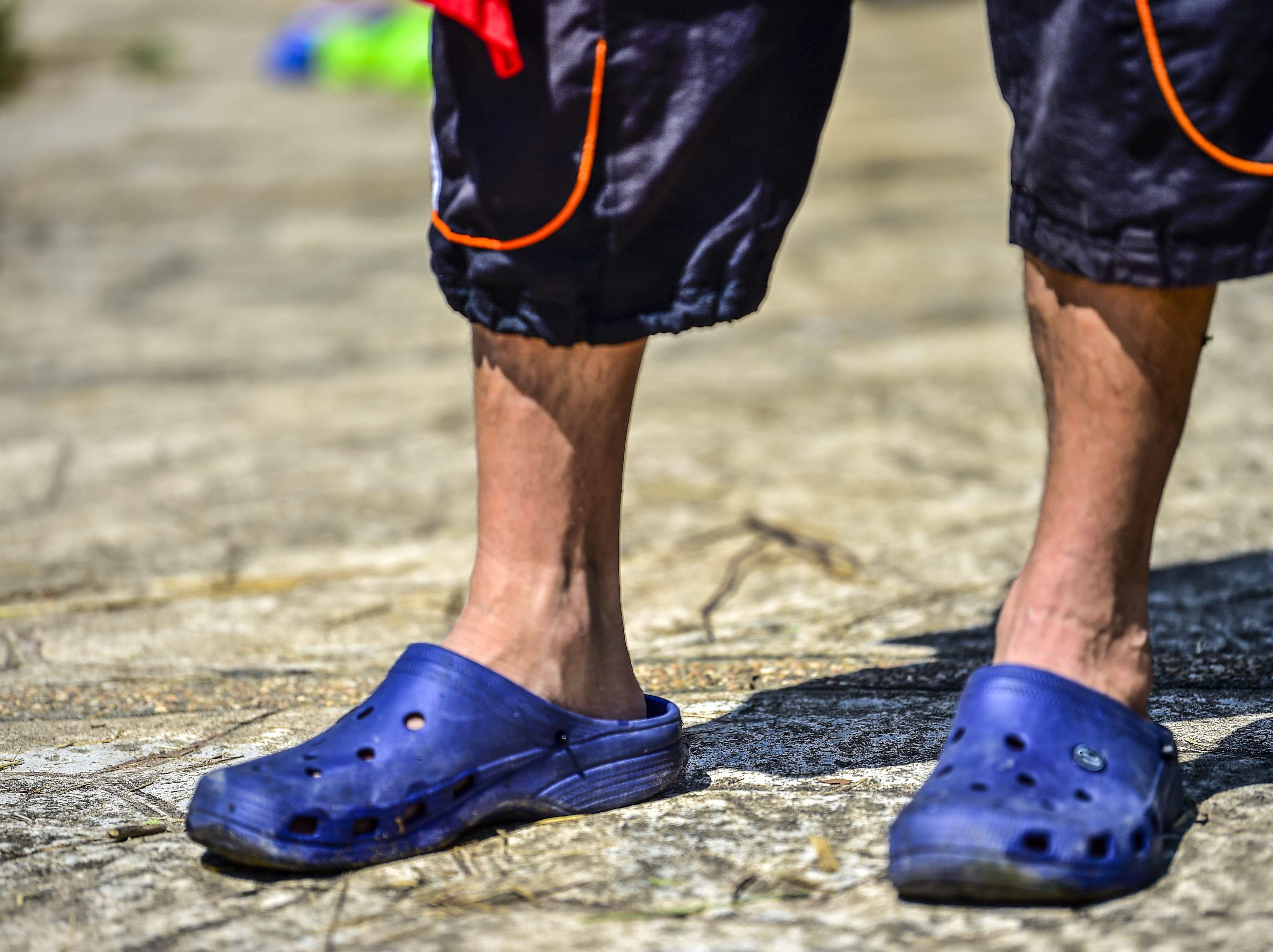 Efraín Cruz recorre junto a la caravana con este calzado. Estos son los rostros de los migrantes centroamericanos que huyen de la pobreza y violencia que se vive en sus países; y que por medio de una caravana caminan cientos de kilómetros cruzando ciudades, ríos, carreteras, bosques y fronteras, con el firme propósito de hacer realidad su sueño de llegar a los Estados Unidos.
