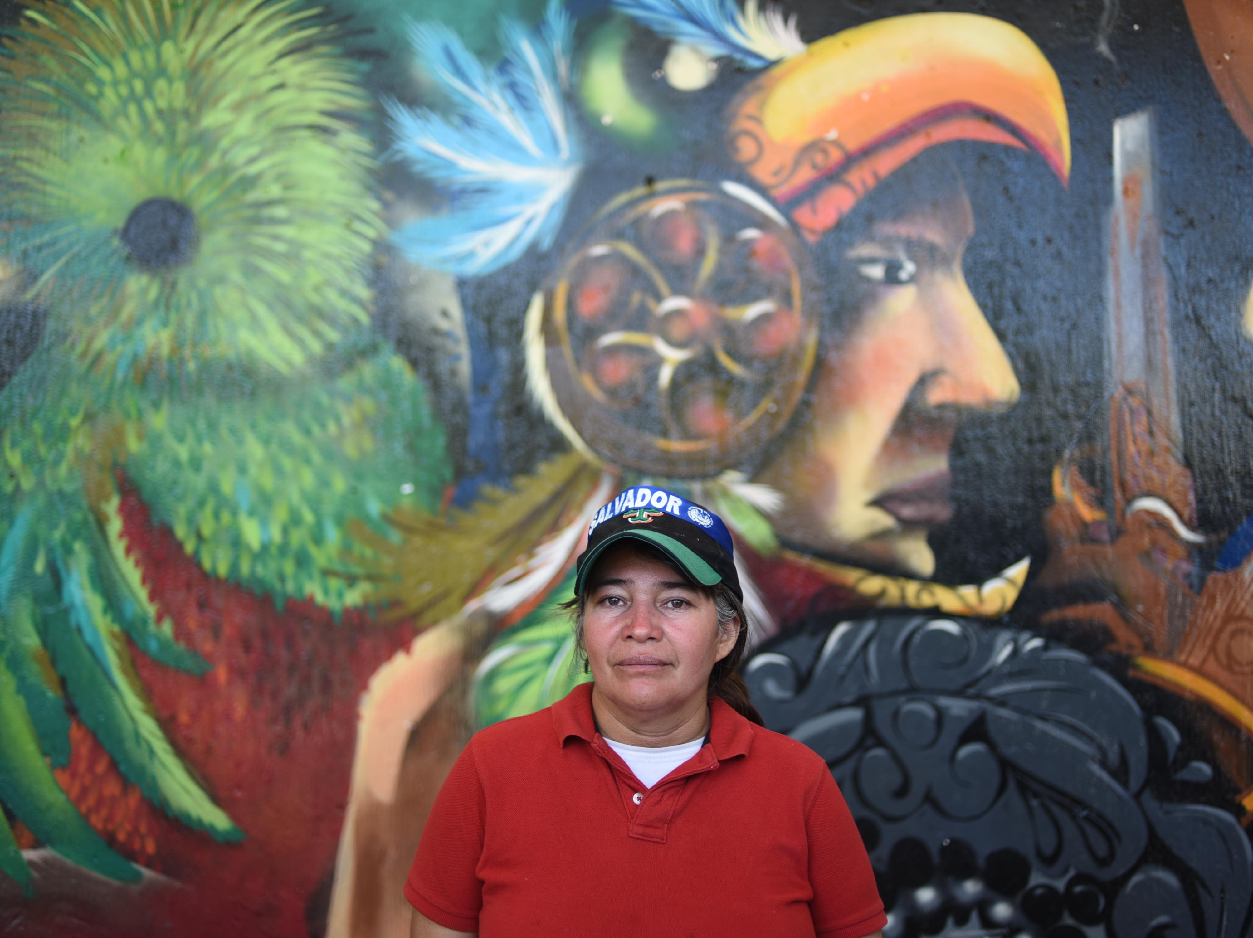 Una migrante salvadoreña se toma una foto frente aun mural de Cuauhtémoc, en la ciudad de Tecun Uman, en Guatemala. Estos son los rostros de los migrantes centroamericanos que huyen de la pobreza y violencia que se vive en sus países; y que por medio de una caravana caminan cientos de kilómetros cruzando ciudades, ríos, carreteras, bosques y fronteras, con el firme propósito de hacer realidad su sueño de llegar a los Estados Unidos.