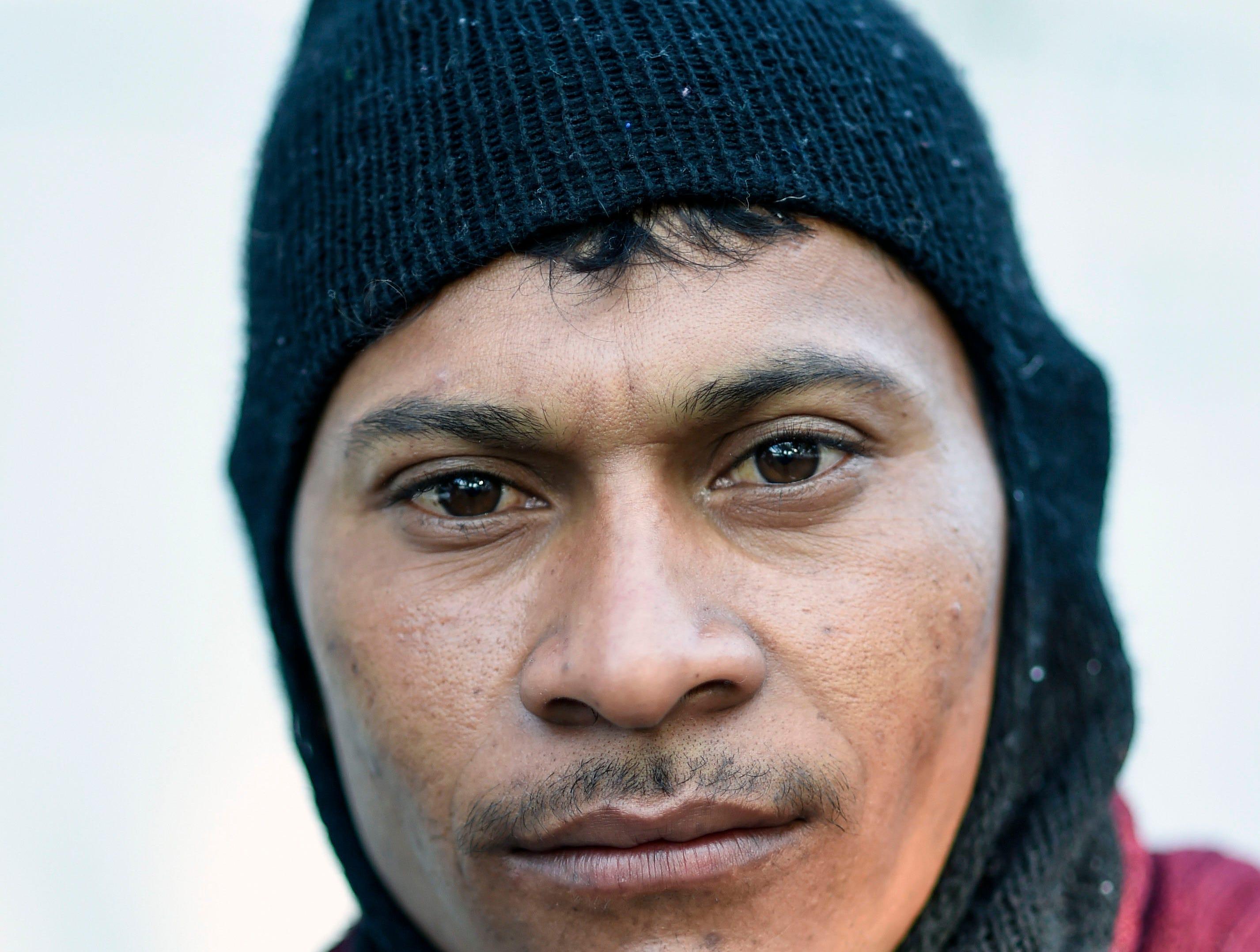 Edwin Josué, hondureño, 22 años. Estos son los rostros de los migrantes centroamericanos que huyen de la pobreza y violencia que se vive en sus países; y que por medio de una caravana caminan cientos de kilómetros cruzando ciudades, ríos, carreteras, bosques y fronteras, con el firme propósito de hacer realidad su sueño de llegar a los Estados Unidos.