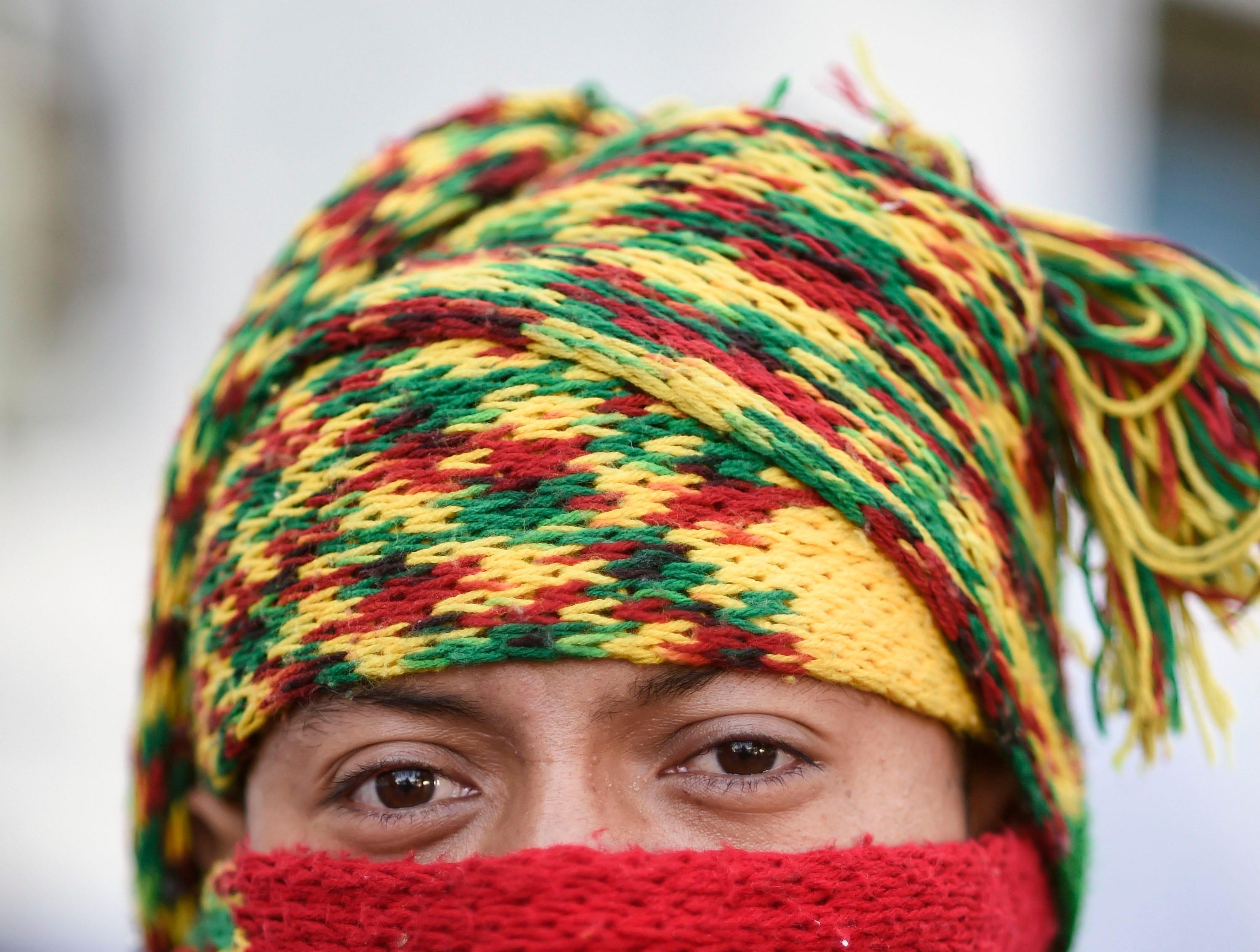 Sergio Cortez, hondureño, 21 años. Estos son los rostros de los migrantes centroamericanos que huyen de la pobreza y violencia que se vive en sus países; y que por medio de una caravana caminan cientos de kilómetros cruzando ciudades, ríos, carreteras, bosques y fronteras, con el firme propósito de hacer realidad su sueño de llegar a los Estados Unidos.