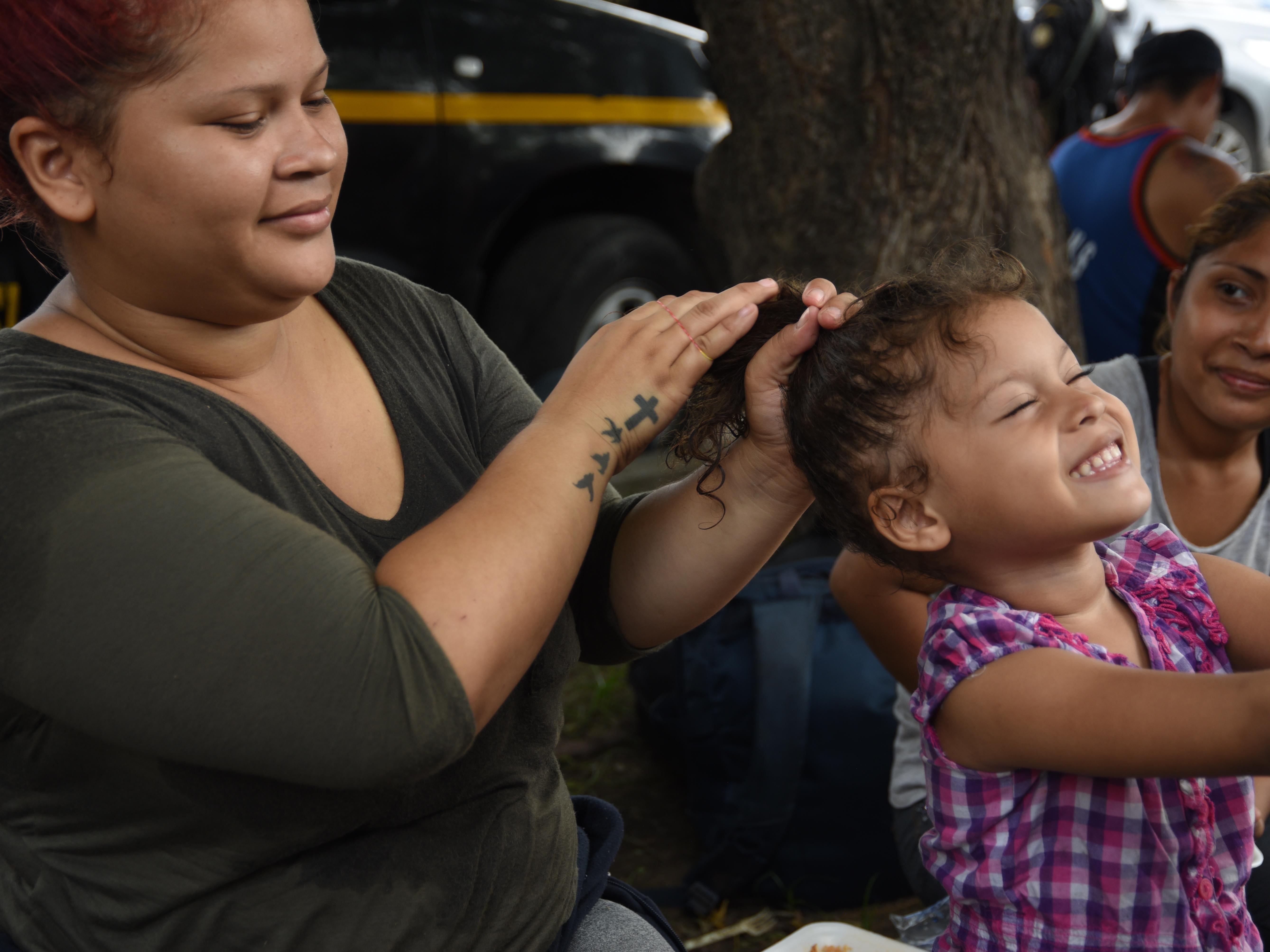 Una madre peina a su hijita. Estos son los rostros de los migrantes centroamericanos que huyen de la pobreza y violencia que se vive en sus países; y que por medio de una caravana caminan cientos de kilómetros cruzando ciudades, ríos, carreteras, bosques y fronteras, con el firme propósito de hacer realidad su sueño de llegar a los Estados Unidos.