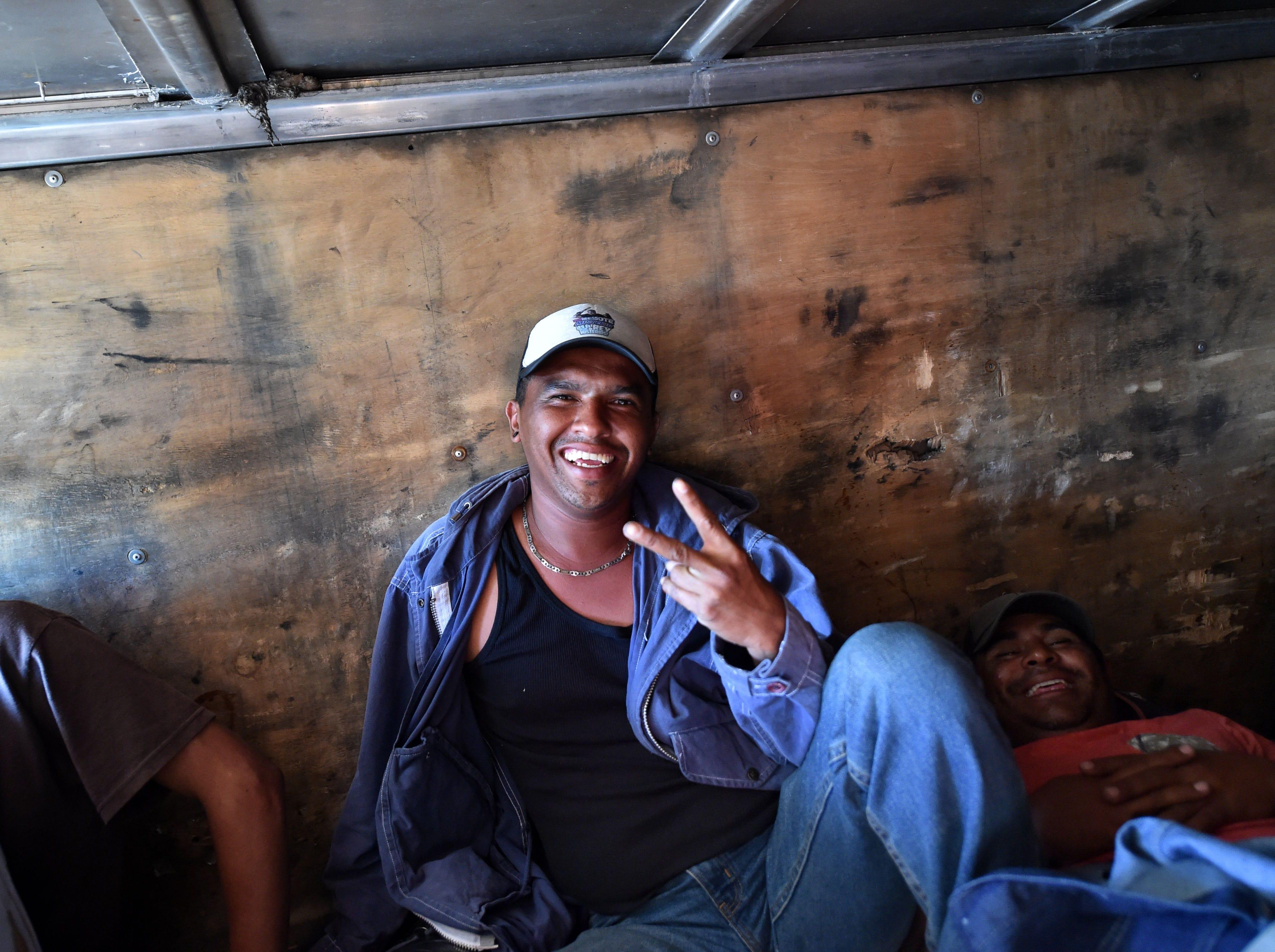 La actitud sobre todas las cosas. Estos son los rostros de los migrantes centroamericanos que huyen de la pobreza y violencia que se vive en sus países; y que por medio de una caravana caminan cientos de kilómetros cruzando ciudades, ríos, carreteras, bosques y fronteras, con el firme propósito de hacer realidad su sueño de llegar a los Estados Unidos.