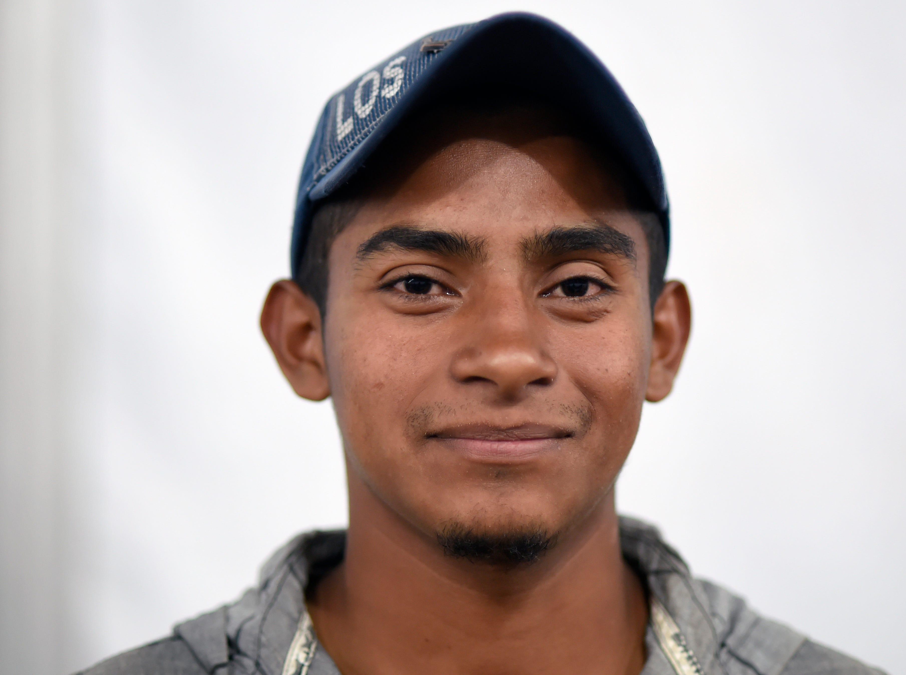 Marel Santos, hondureño de 18 años. Estos son los rostros de los migrantes centroamericanos que huyen de la pobreza y violencia que se vive en sus países; y que por medio de una caravana caminan cientos de kilómetros cruzando ciudades, ríos, carreteras, bosques y fronteras, con el firme propósito de hacer realidad su sueño de llegar a los Estados Unidos.