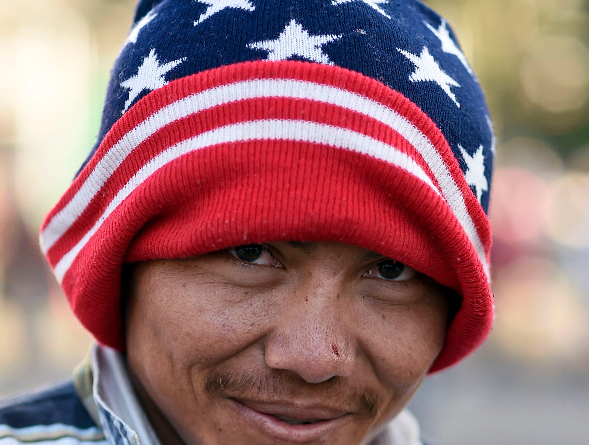 Carlos Alfredo Rivera, hondureño, 25 años. Estos son los rostros de los migrantes centroamericanos que huyen de la pobreza y violencia que se vive en sus países; y que por medio de una caravana caminan cientos de kilómetros cruzando ciudades, ríos, carreteras, bosques y fronteras, con el firme propósito de hacer realidad su sueño de llegar a los Estados Unidos.