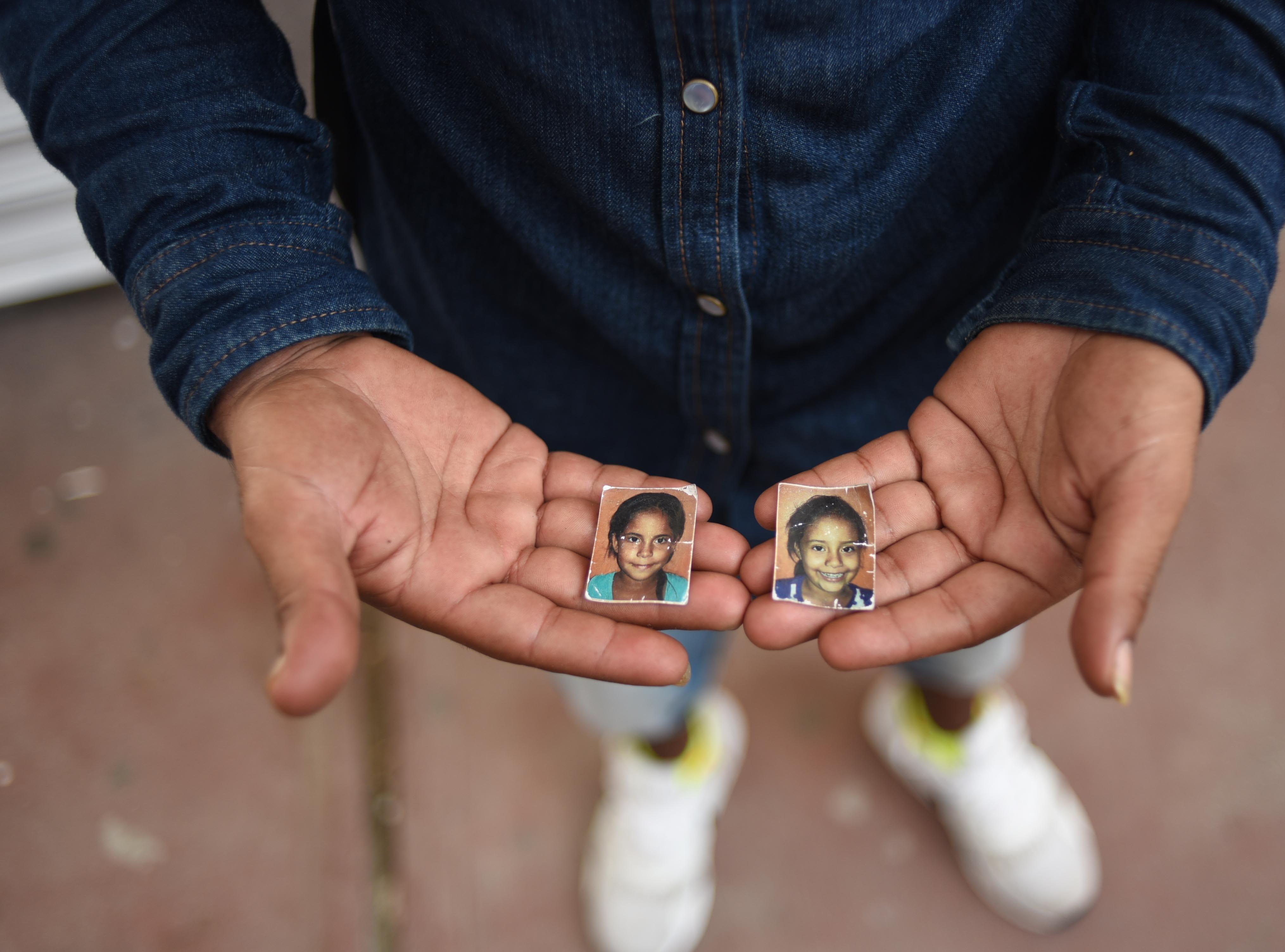 El migrante hondureño Selvin Espinal, muestra las fotos de sus dos pequeñas hijas que dejó en su tierra natal, para seguir la caravana. Estos son los rostros de los migrantes centroamericanos que huyen de la pobreza y violencia que se vive en sus países; y que por medio de una caravana caminan cientos de kilómetros cruzando ciudades, ríos, carreteras, bosques y fronteras, con el firme propósito de hacer realidad su sueño de llegar a los Estados Unidos.