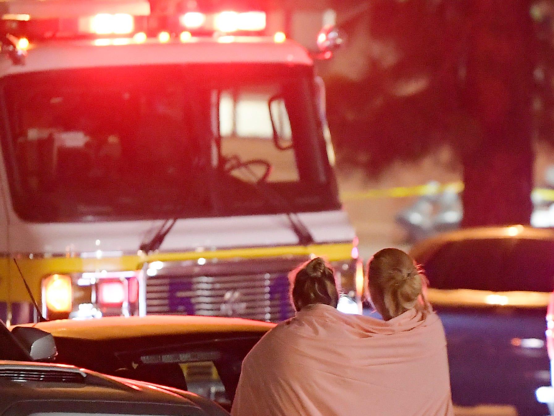 """Usando una bomba de humo y una pistola, un exsoldado de la infantería de Marina de Estados Unidos abrió fuego contra una multitud que celebraba una """"noche universitaria"""" en un bar de música country en el sur de California, matando a 12 personas y haciendo que cientos huyeran despavoridos, informaron las autoridades el jueves. Al parecer el agresor, vestido de negro y con una capucha, se suicidó. 8 de noviembre, 2018"""