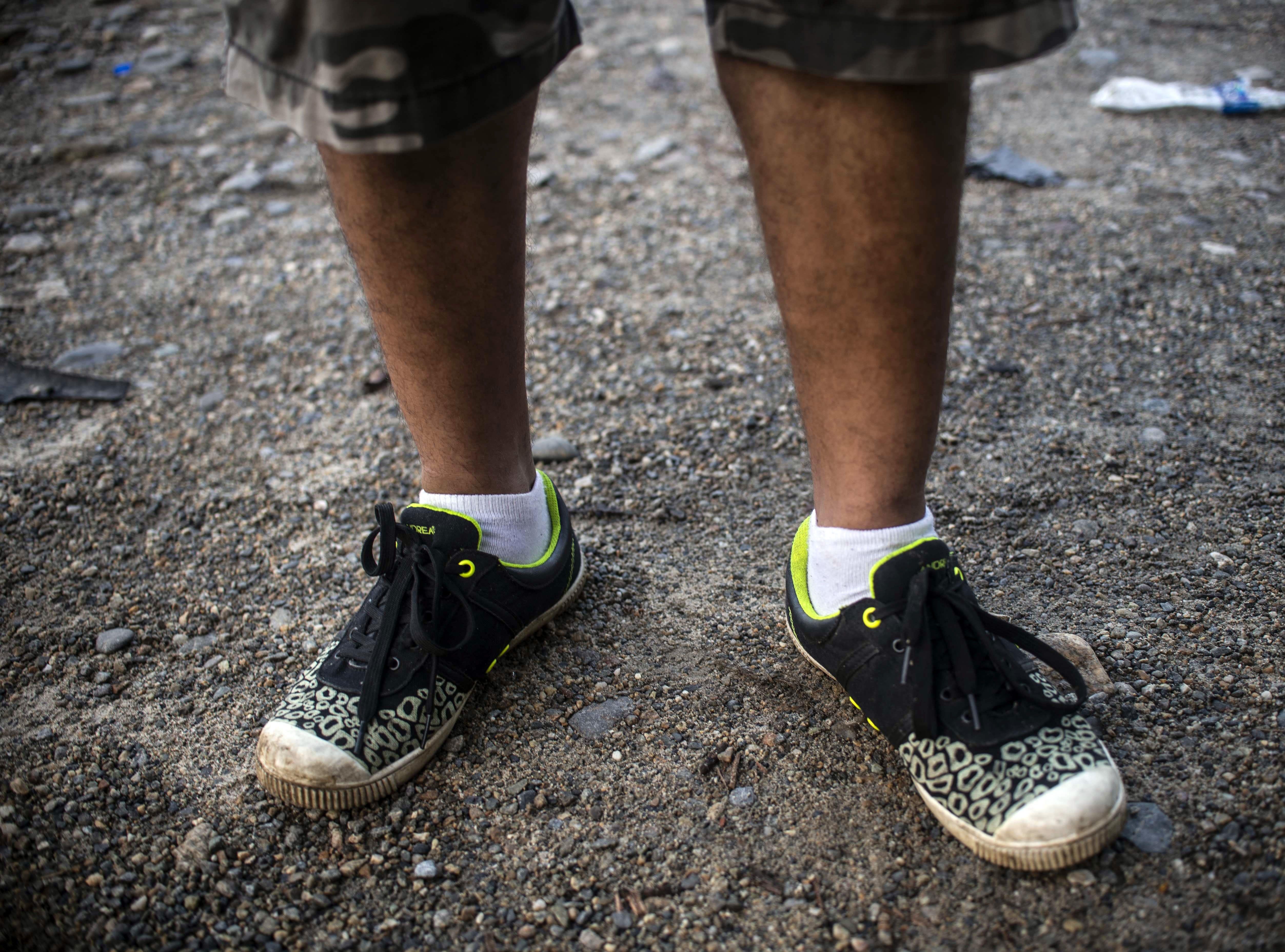 Jorge Pérez recorre junto con la caravana calzando estos viejos tenis. Estos son los rostros de los migrantes centroamericanos que huyen de la pobreza y violencia que se vive en sus países; y que por medio de una caravana caminan cientos de kilómetros cruzando ciudades, ríos, carreteras, bosques y fronteras, con el firme propósito de hacer realidad su sueño de llegar a los Estados Unidos.