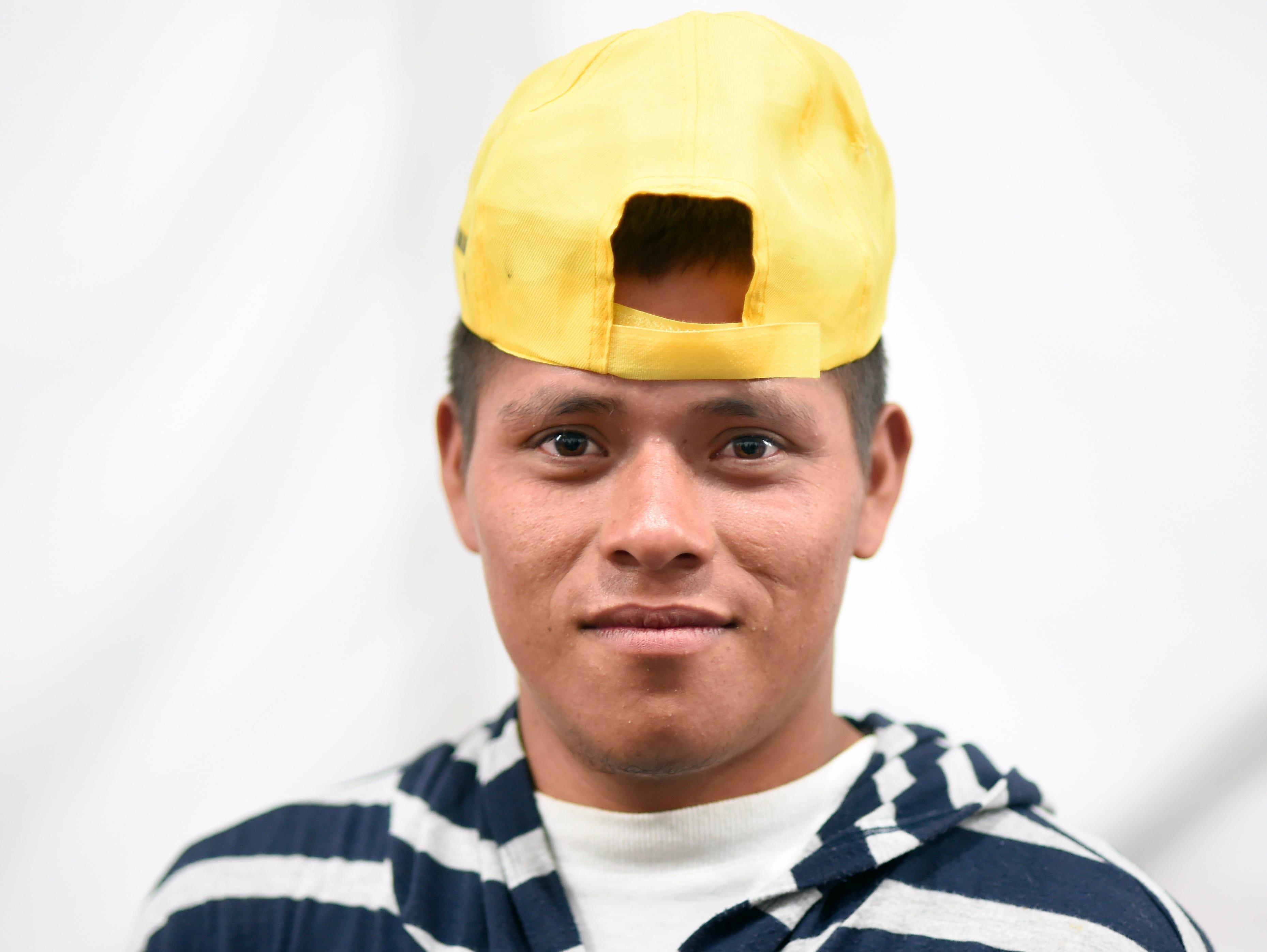 Ángel Lemus, hondureño, 20 años. Estos son los rostros de los migrantes centroamericanos que huyen de la pobreza y violencia que se vive en sus países; y que por medio de una caravana caminan cientos de kilómetros cruzando ciudades, ríos, carreteras, bosques y fronteras, con el firme propósito de hacer realidad su sueño de llegar a los Estados Unidos.