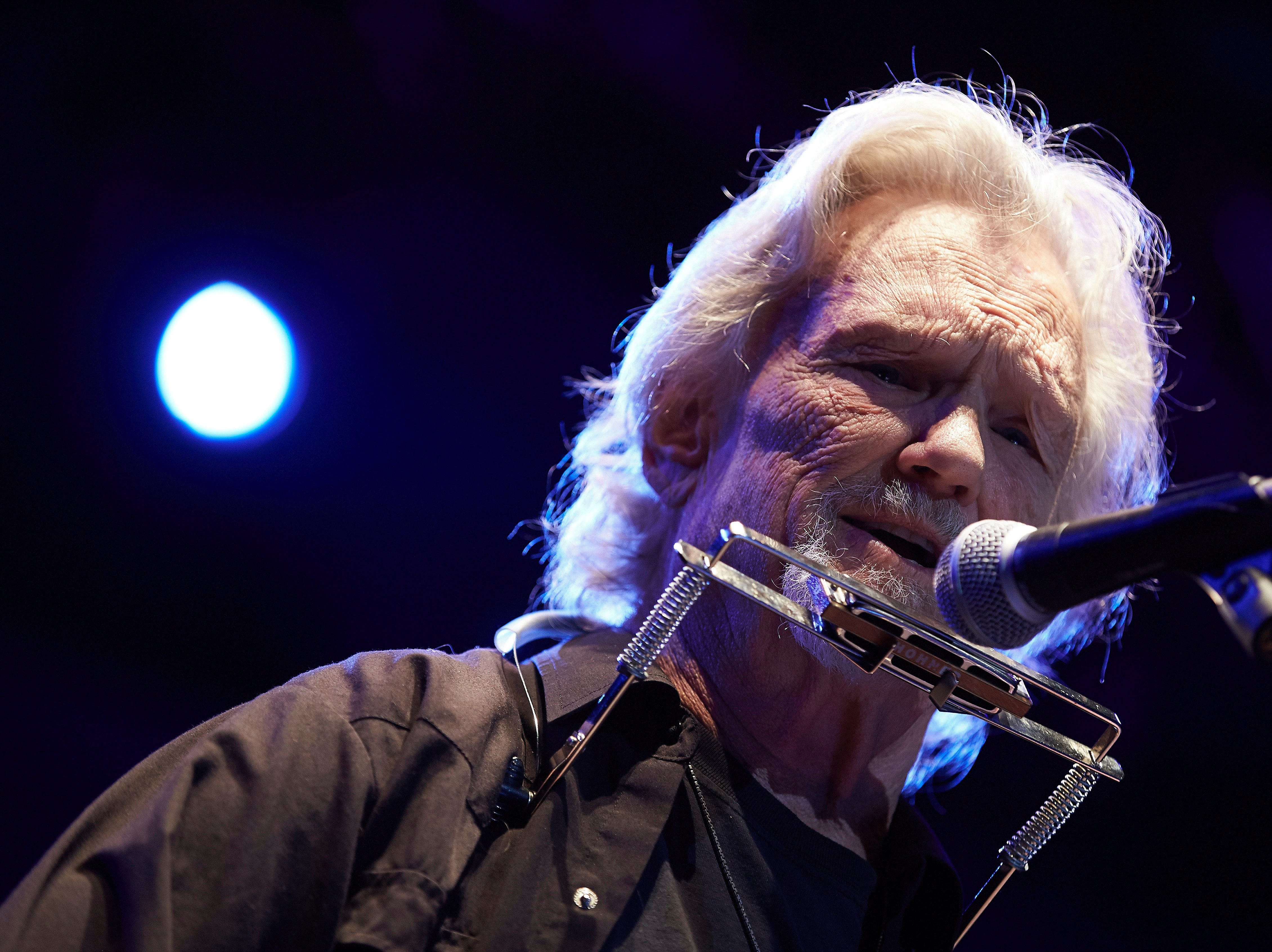epa06051840 US musician, actor and singer Kris Kristofferson performs on stage during his Jardins de Pedralbes Festival concert in Barcelona, Spain, 26 June 2017.  EPA/ALEJANDRO GARCIA ORG XMIT: GRA458