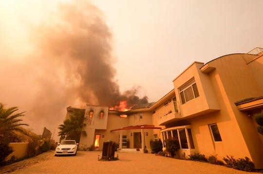 El incendio estalló el jueves 8 de noviembre de 2018 al noroeste de Los Ángeles y se desplazó hacia el sur, atravesando la Carretera 101 y adentrándose en las Montañas de Santa Mónica.  Las autoridades ordenaron evacuar alrededor de dos tercios de la ciudad de Malibú la madrugada del viernes cuando un incendio feroz se desplazaba hacia la comunidad junto a la playa que alberga a 13,000 residentes, algunos de ellos celebridades de Hollywood.