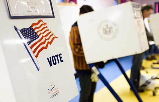 Estadounidenses emiten su voto el día de las elecciones.