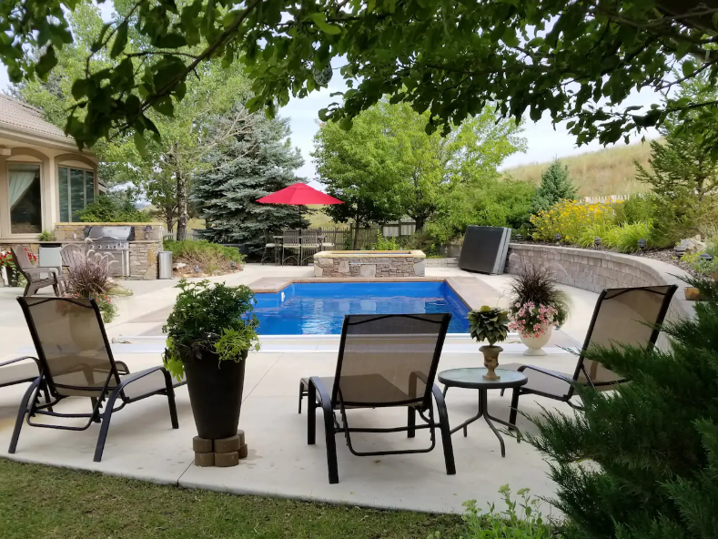 The Rockin' H Ranch South allows access to a swimming pool, spa, gas fire pit and pool table for guests.