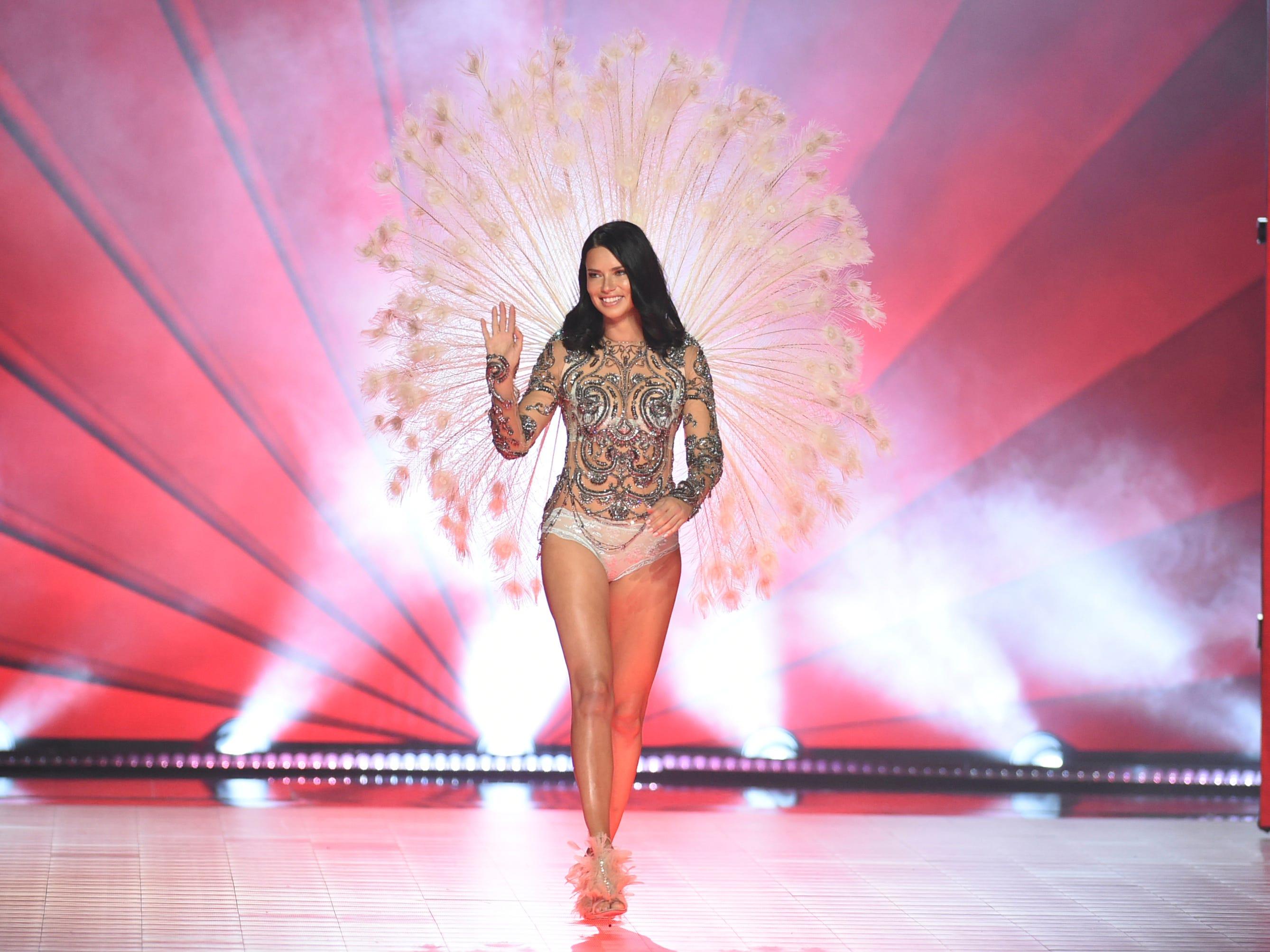 Victoria S Secret Fashion Show Adriana Lima Tears Up During Farewell