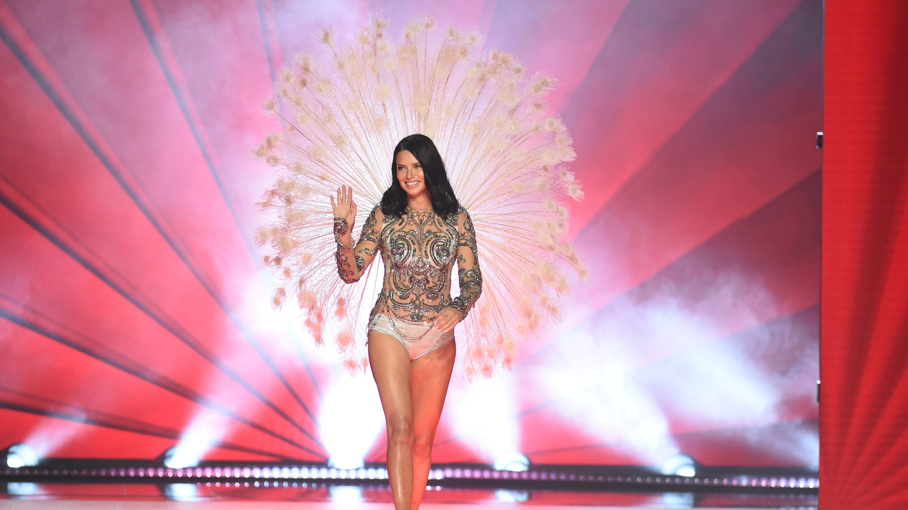 Victoria S Secret Fashion Show Adriana Lima Tears Up During Farewell