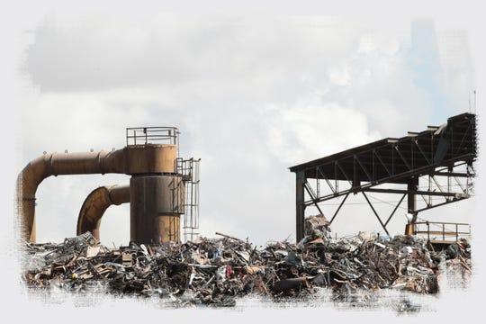 Una gran cantidad de chatarra forma un cerro en la fábrica de acero Grupo SIMEC en Mexicali.