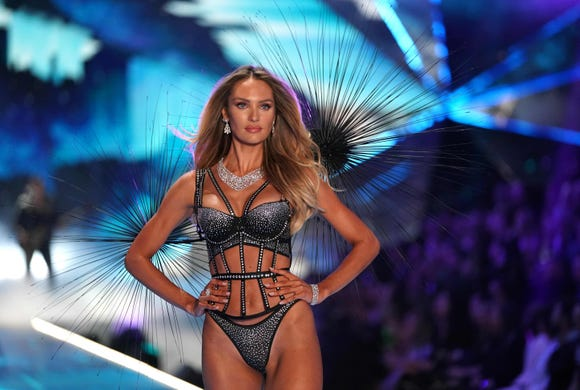 The South African model Candice Swanepoel runs at Victoria's Secret Fashion 2018 over the catwalk exhibition on November 8, 2018 at Pier 94 in New York City. - The Victoria's Secret Show brings its famous models together every year, which is always a glitzy catwalk extravaganza. It's the most-watched fashion event of the year (800 million times a year), with around $ 12 million put together for the show, according to Harper & # 39; s Bazaar. (Photo by TIMOTHY A. CLARY / AFP) TIMOTHY A. CLARY / AFP / Getty Images ORIGINAL ID: AFP_1AP1ON